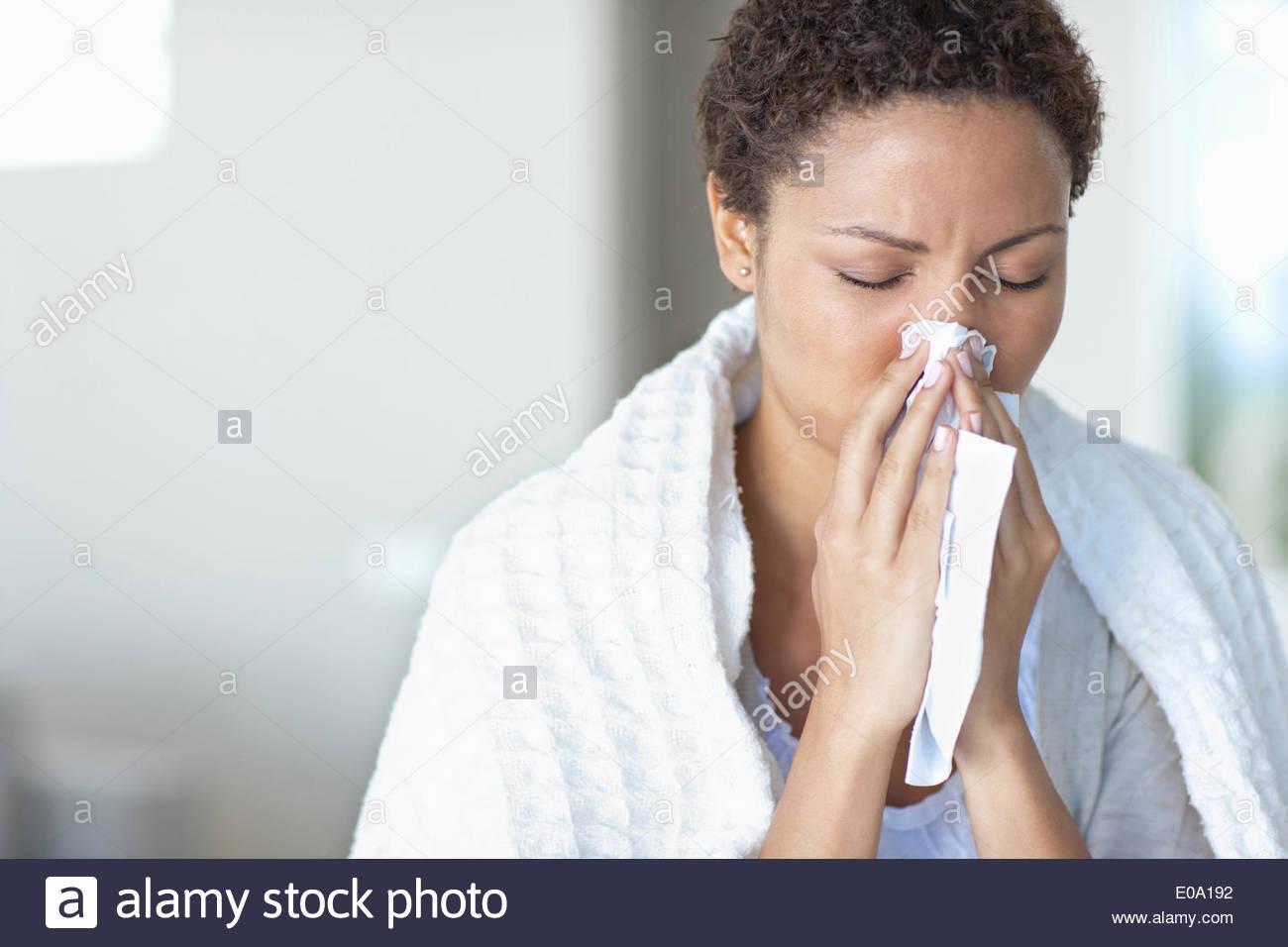 Mujer enferma sonarse la nariz Imagen De Stock