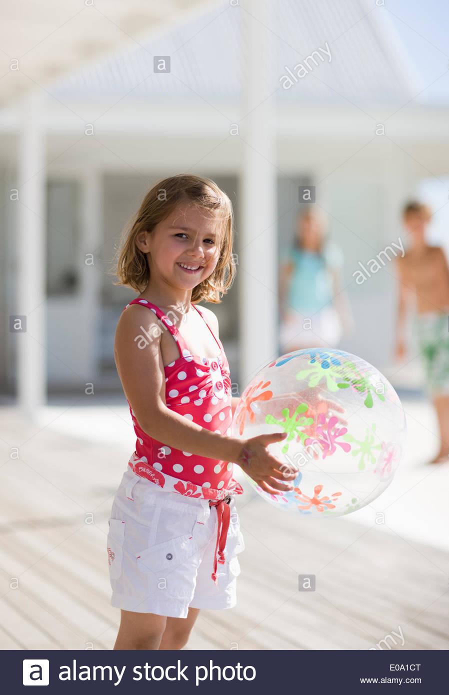 Hermana jugando con bola Imagen De Stock