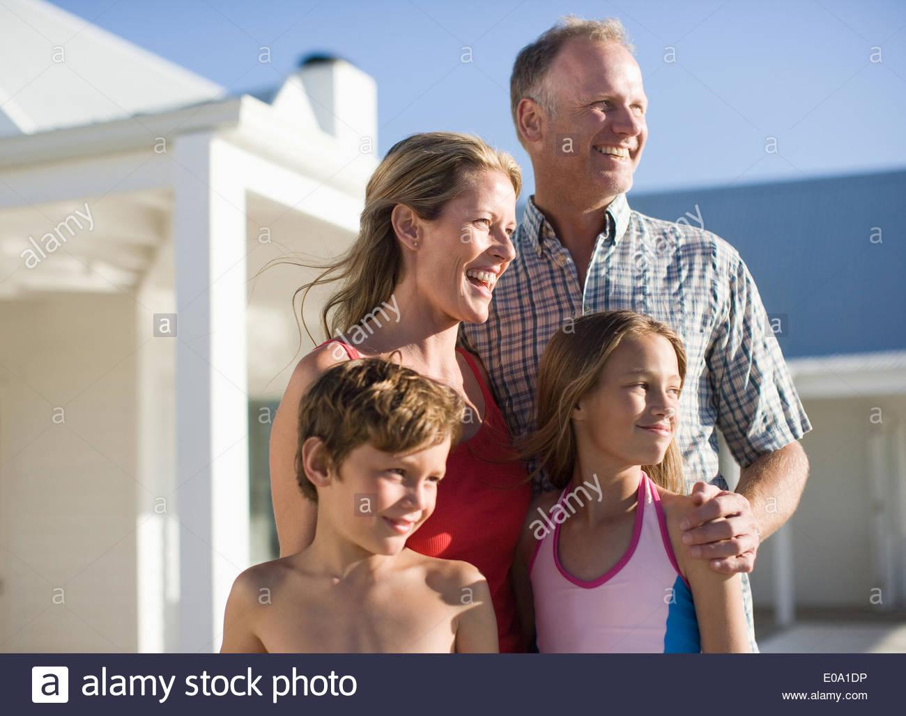 Familia afuera en trajes de baño Imagen De Stock