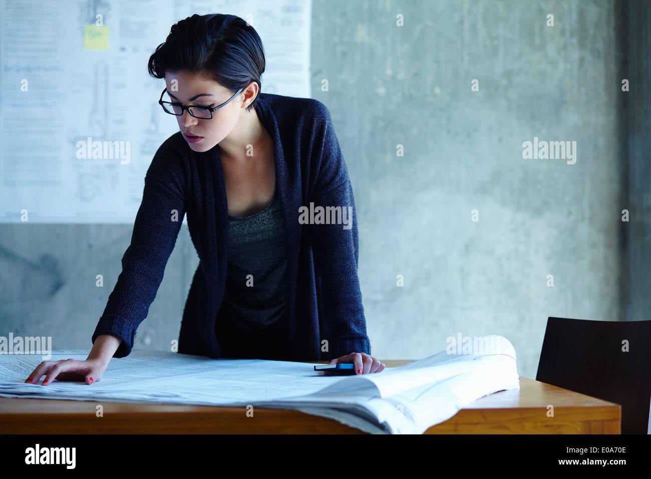 La empresaria estudiando anteproyectos en Office Imagen De Stock