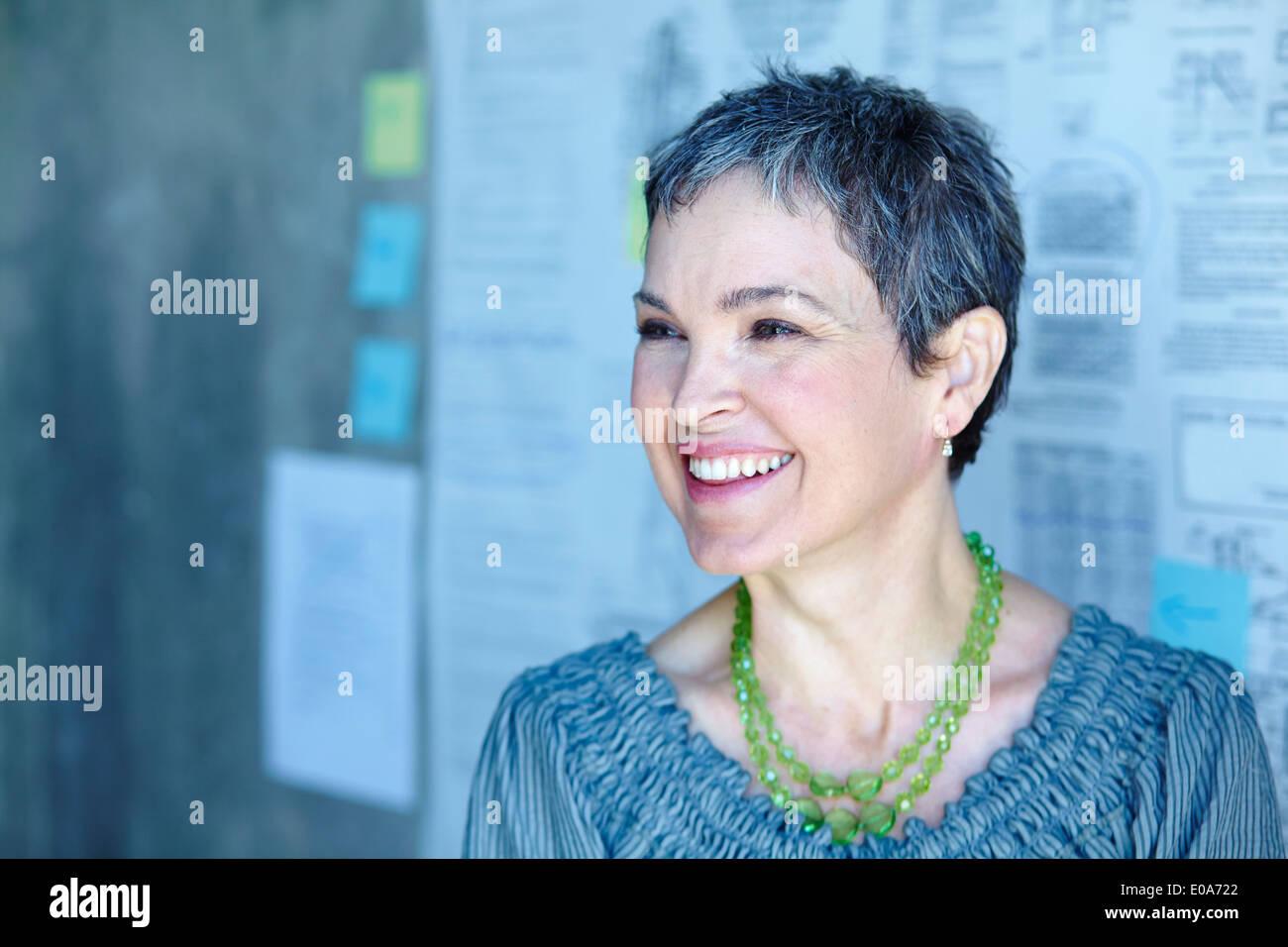 Retrato de sonriente empresaria madura en Office Foto de stock