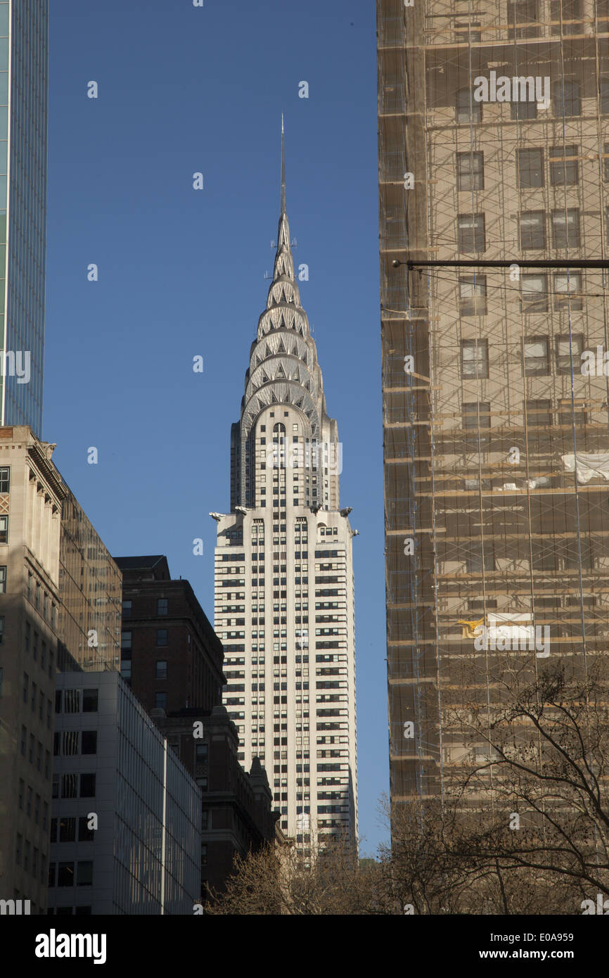 New York Chrysler Building Between Imágenes De Stock & New York ...