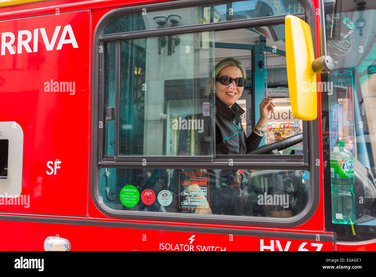 Laboriosos, feliz y sonriente conductor de autobús femenino de Londres, Londres, Inglaterra, Reino Unido. Imagen De Stock