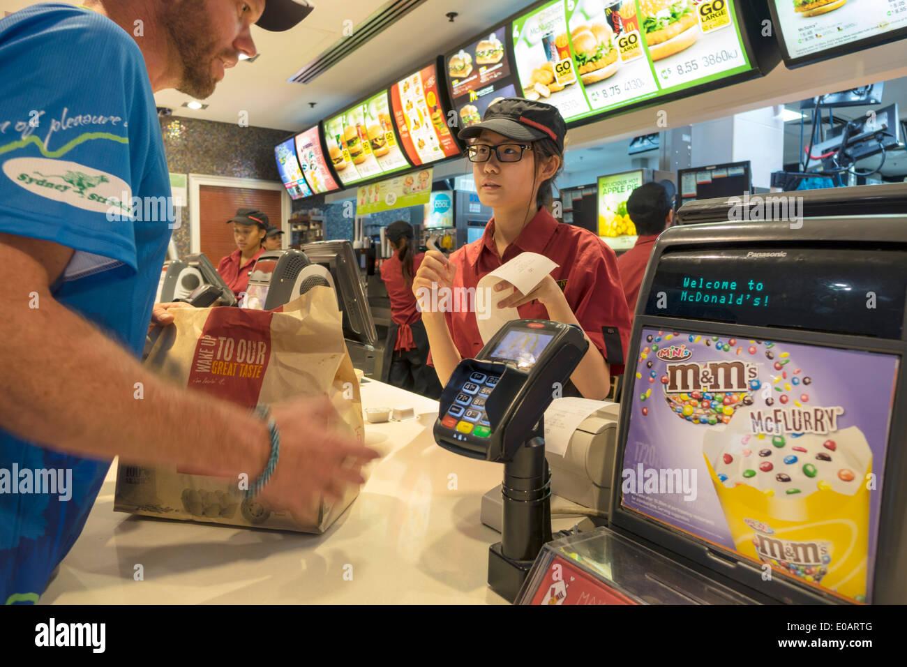 Sydney NSW Australia New South Wales CBD Distrito Comercial Central Circular Quay restaurante McDonald's comida rápida de pedidos contador mujer asiática teen gir Imagen De Stock