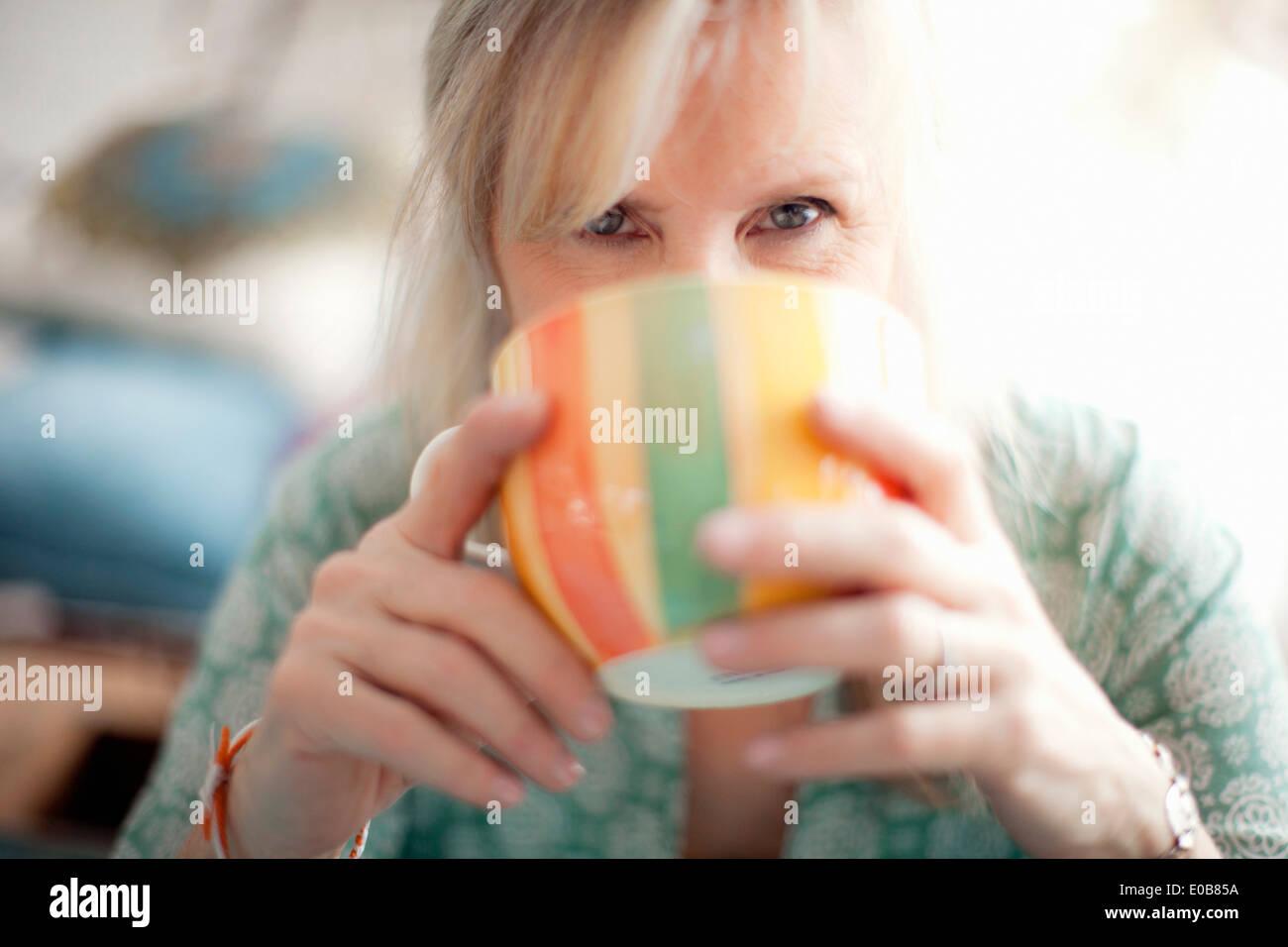 Cerca de mujer madura, bebiendo café Imagen De Stock