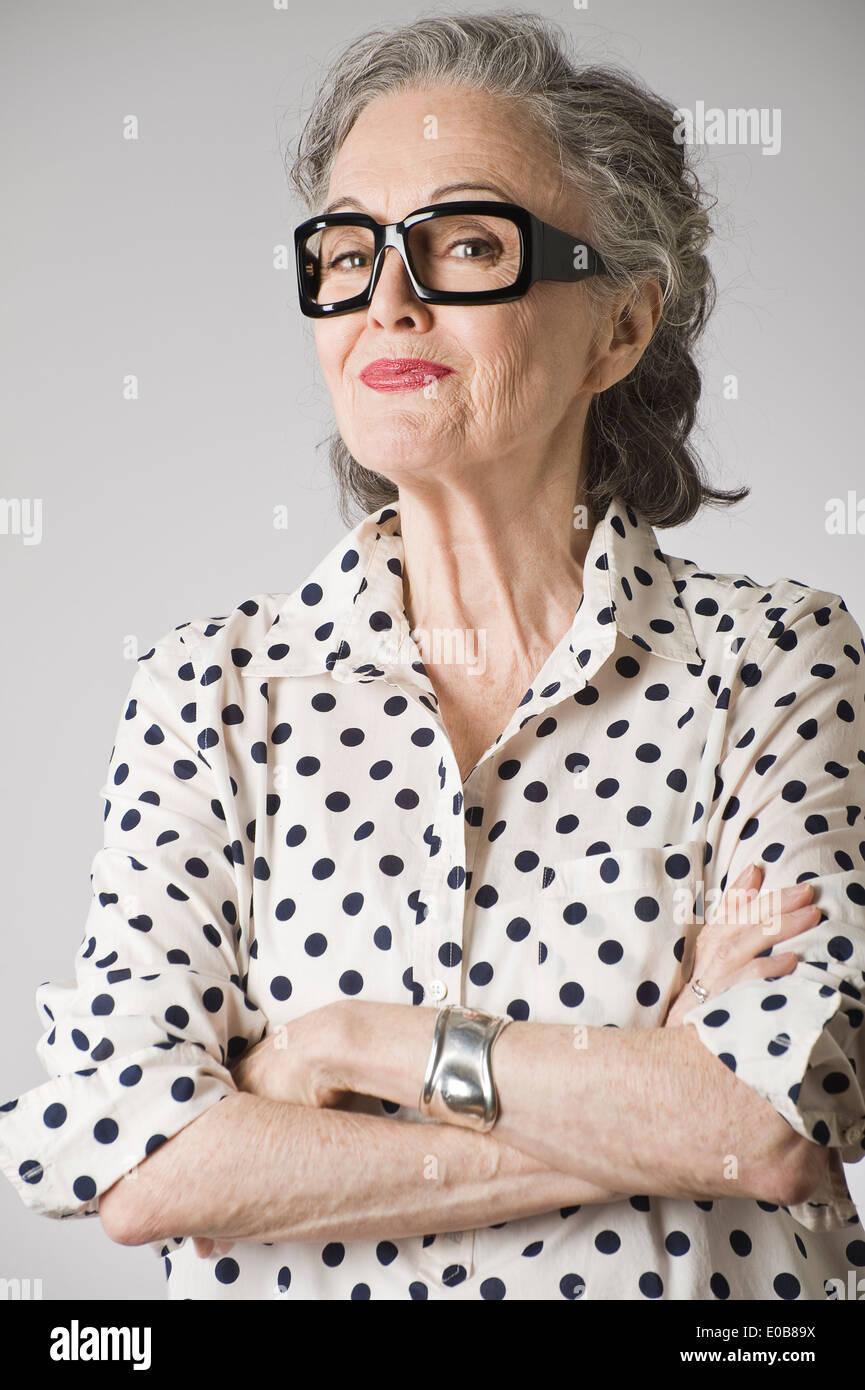 Retrato de mujer mayor, de brazos cruzados. Foto de stock