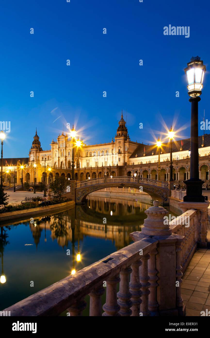 Canal y puente, Plaza de España, Sevilla, España Foto de stock