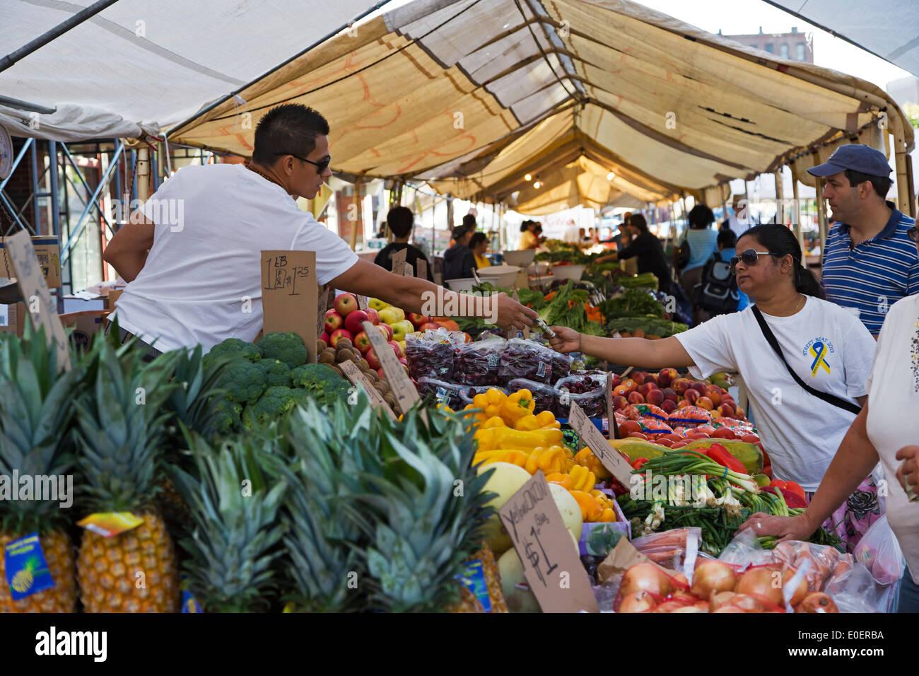 Los compradores y vendedores en producir stand, Haymarket Square Farmers Market, North End, Boston, Massachusetts, EE.UU. Imagen De Stock