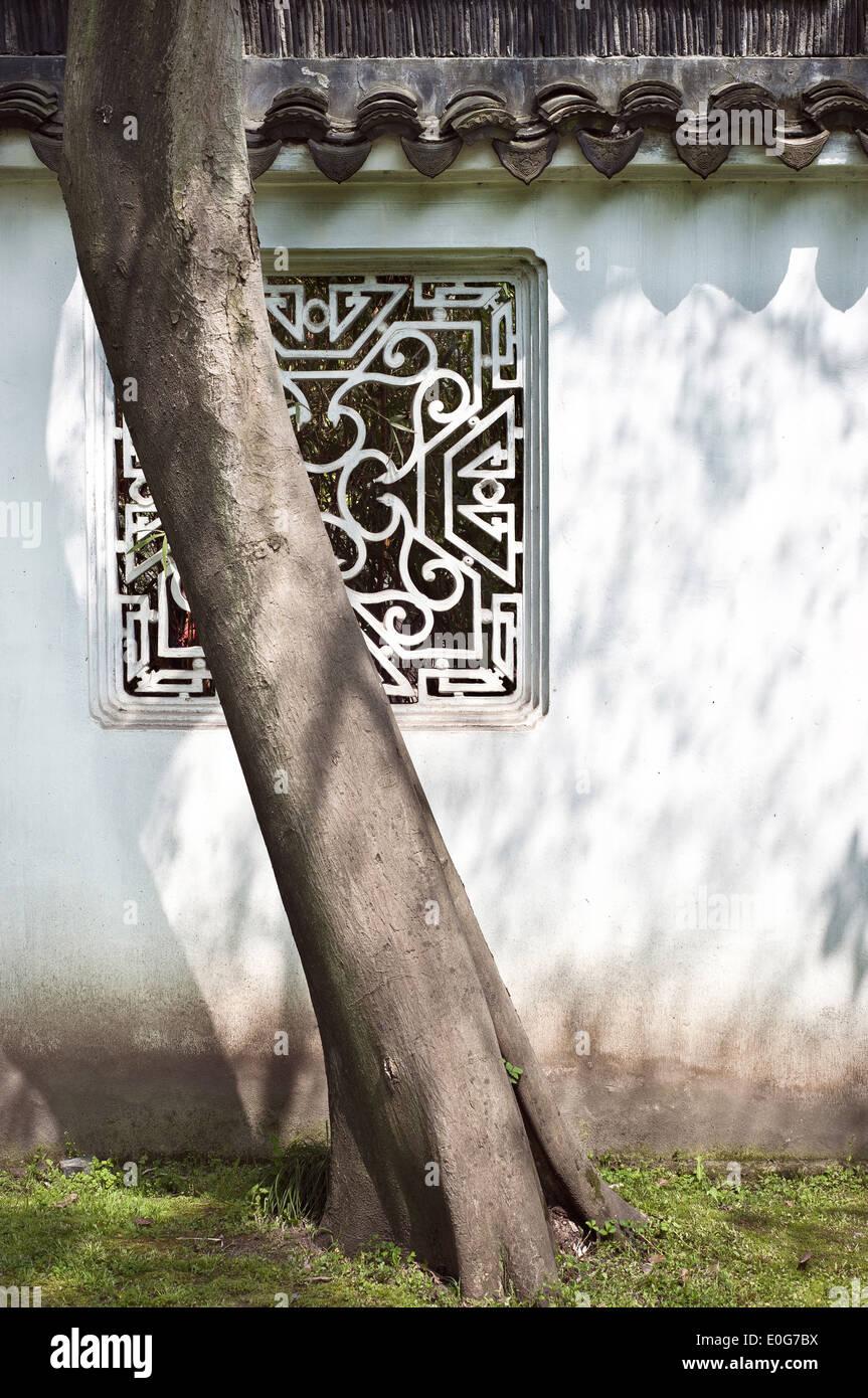 Y la ventana de árbol en el Jardín del Administrador Humilde, Suzhou, China Imagen De Stock