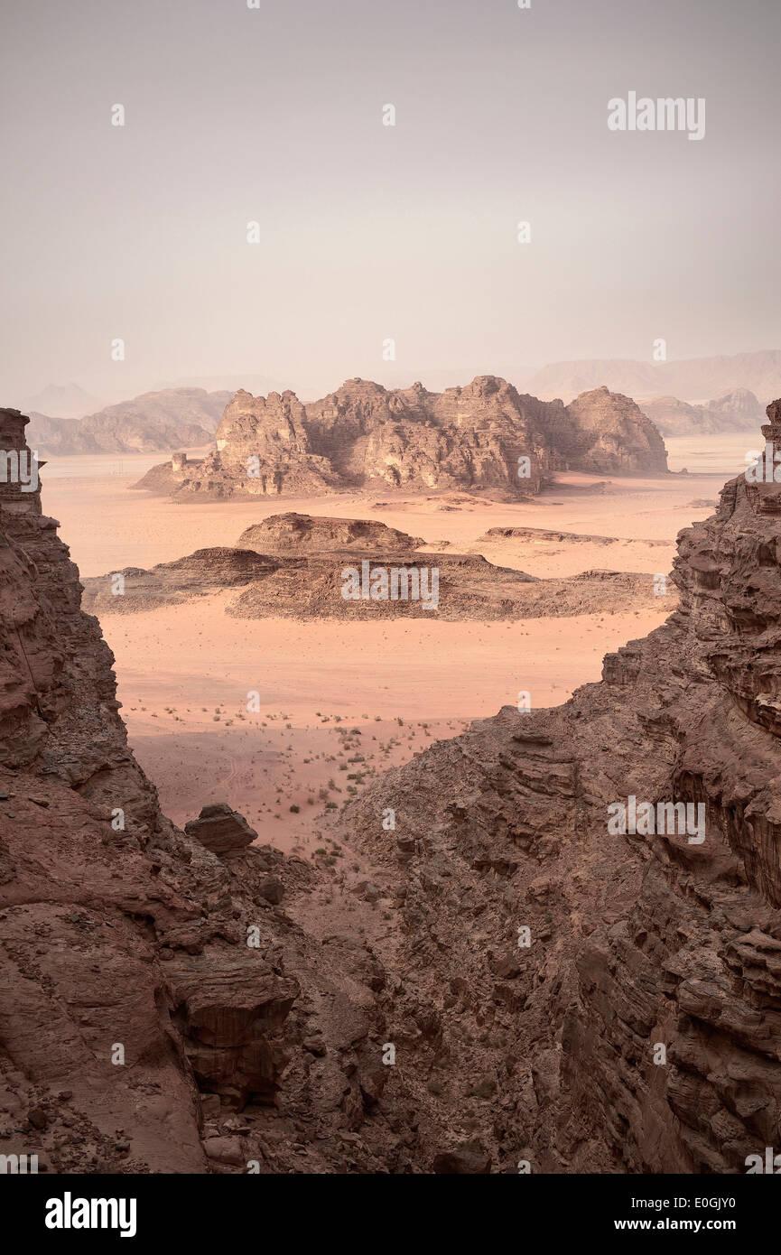 Impresionante vista de Wadi Rum, los siete pilares de la sabiduría de caminata, Jordania, Oriente Medio, Asia Imagen De Stock