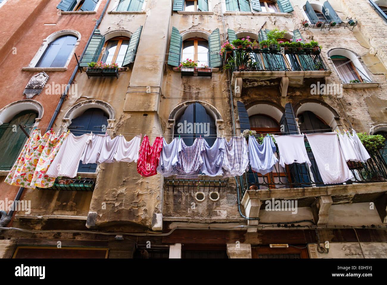 Fachada de la casa con servicio de lavandería, Venice, Venecia, Italia, Europa Imagen De Stock