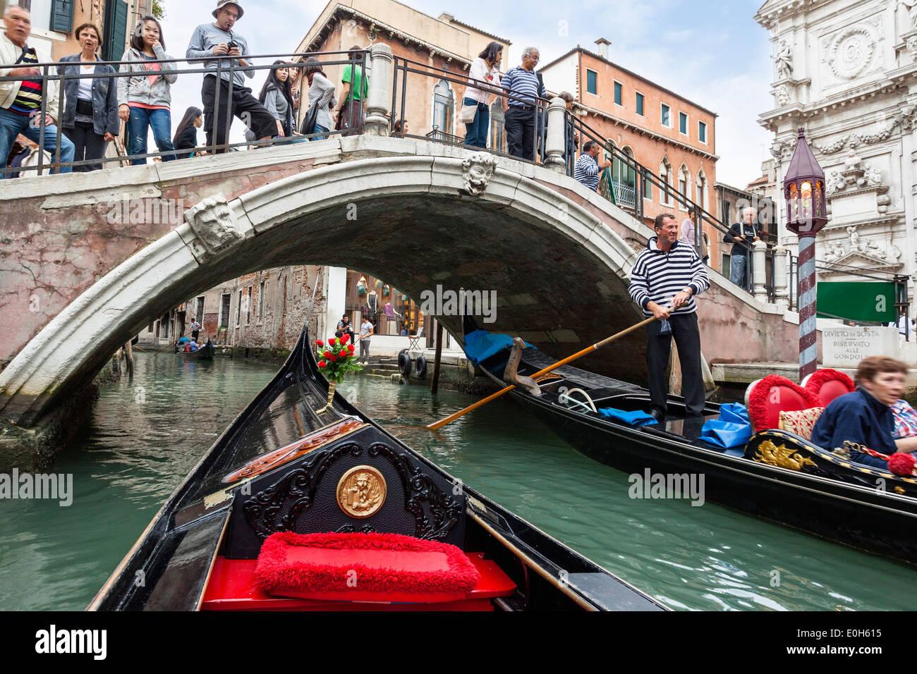 En góndola por los canales de Venecia, Venecia, Italia, Europa Imagen De Stock