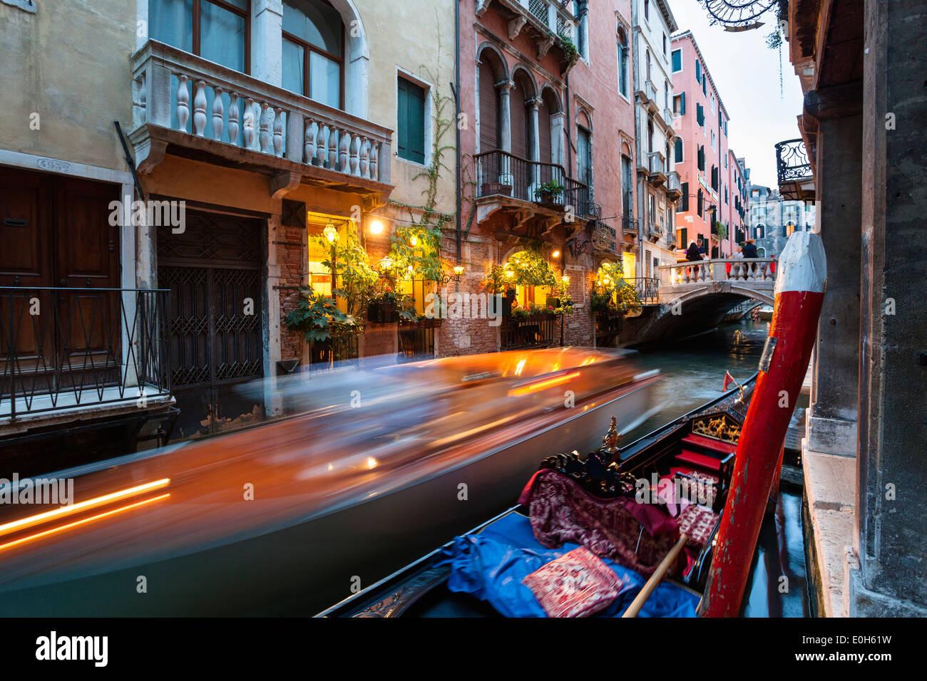 La góndola y restaurante, canal, Venice, Venecia, Italia, Europa Imagen De Stock