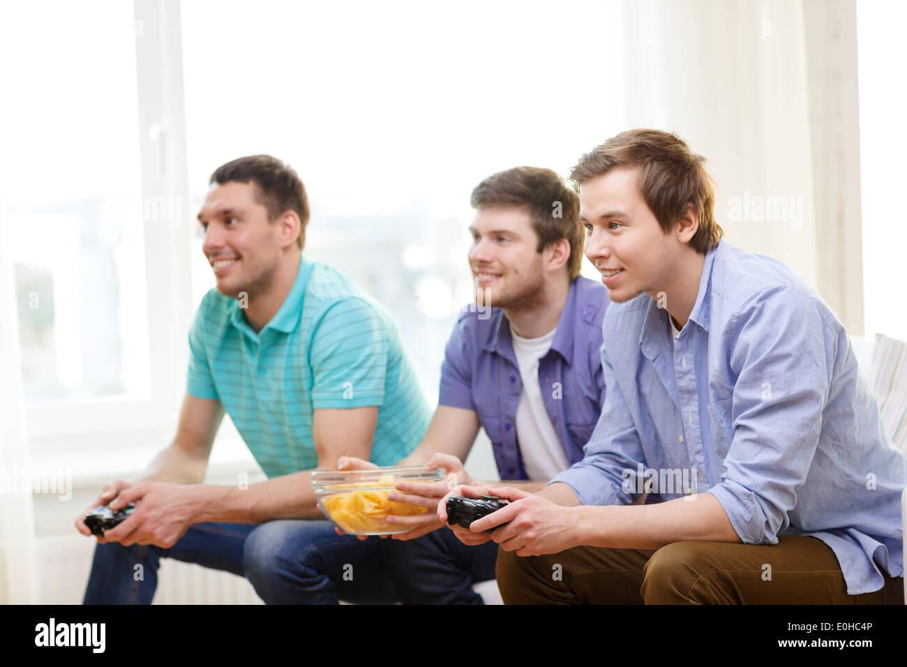 Sonriendo Amigos Jugando Juegos De Video En Casa Foto Imagen De