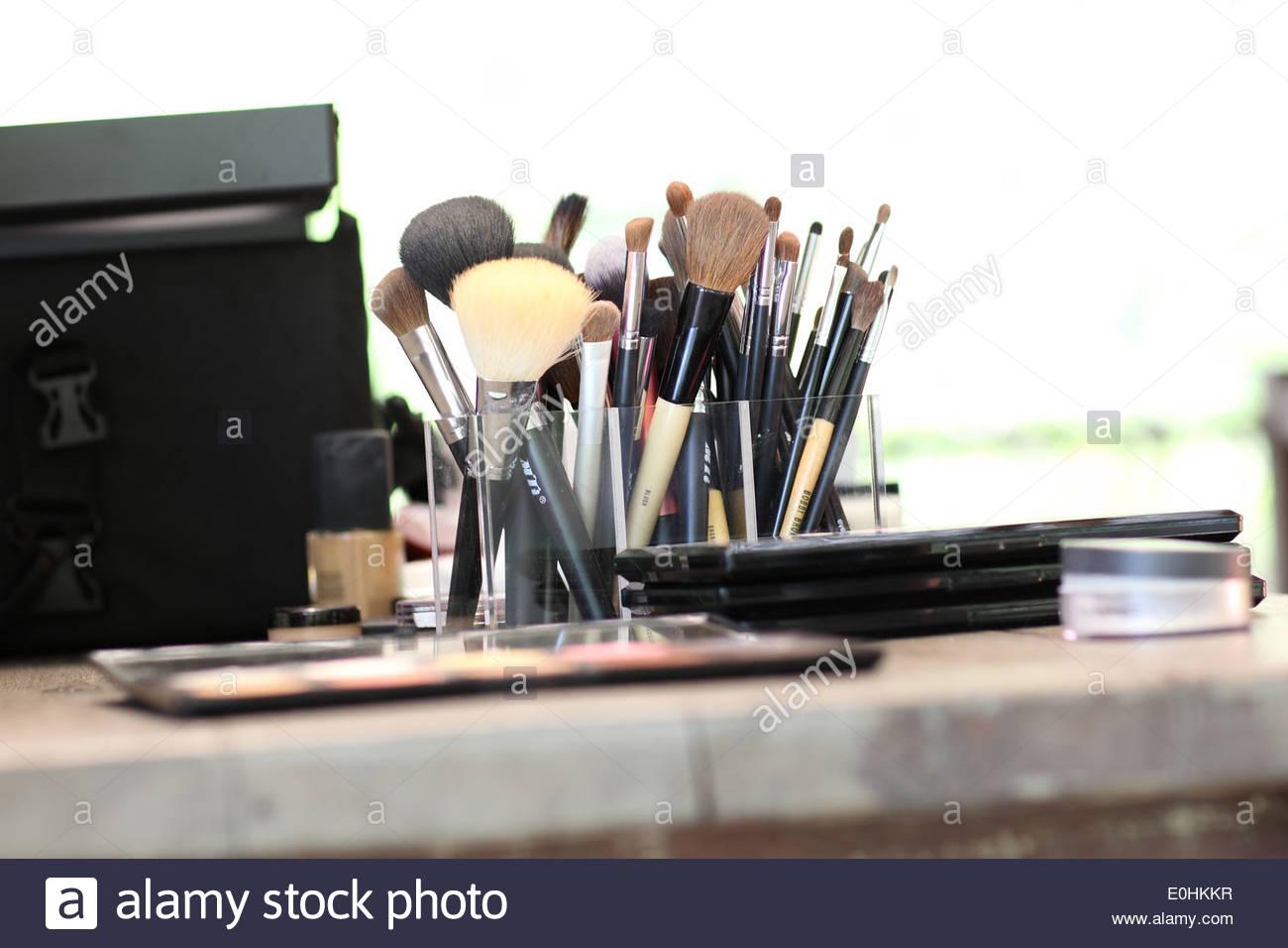 Brochas de maquillaje diferentes sobre la tabla de madera Imagen De Stock