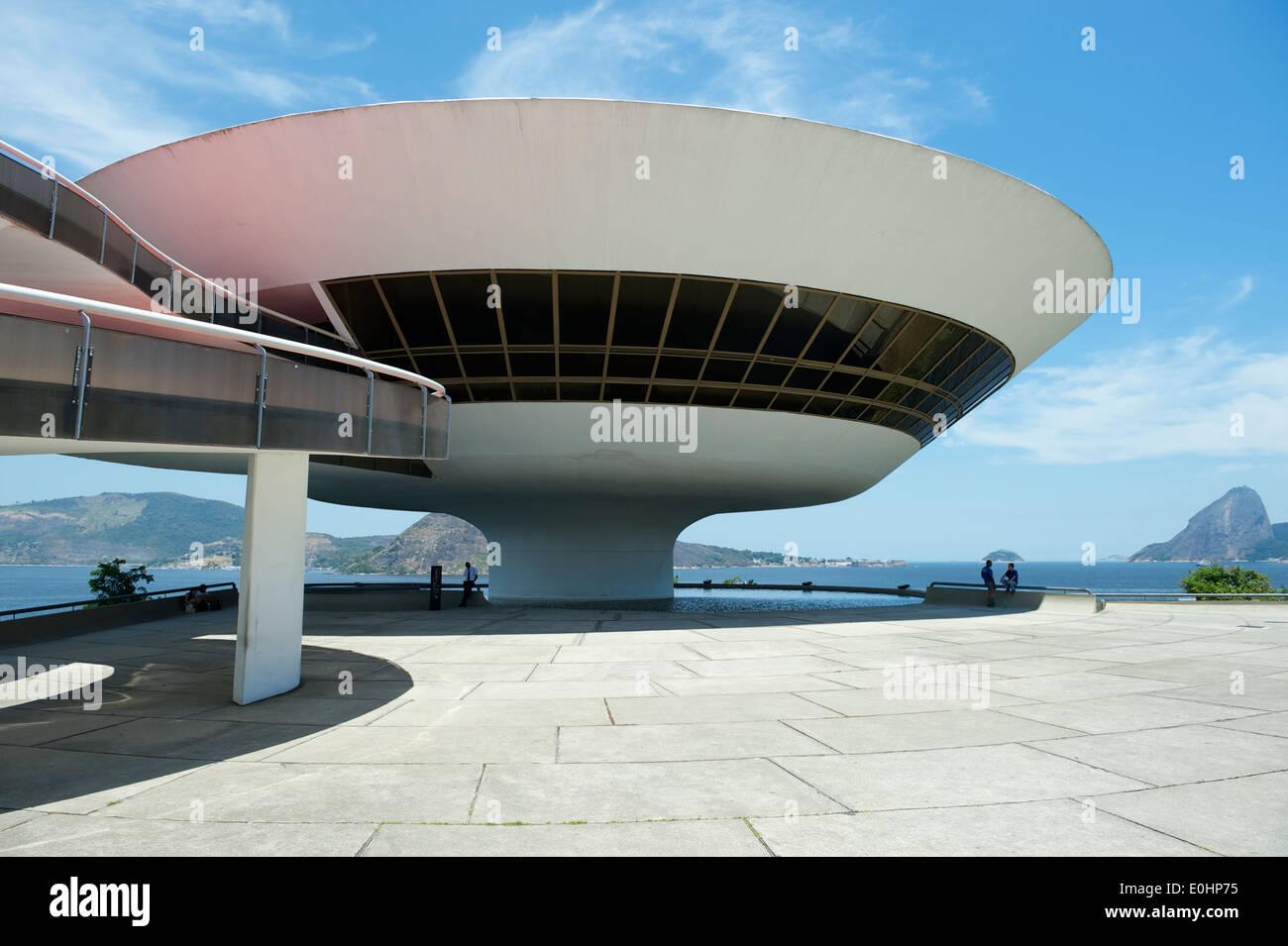 Río de Janeiro, Brasil - Febrero 4, 2014: El modernista Niteroi, Museo de Arte Contemporáneo (MAC) por Oscar Niemeyer con el horizonte. Imagen De Stock