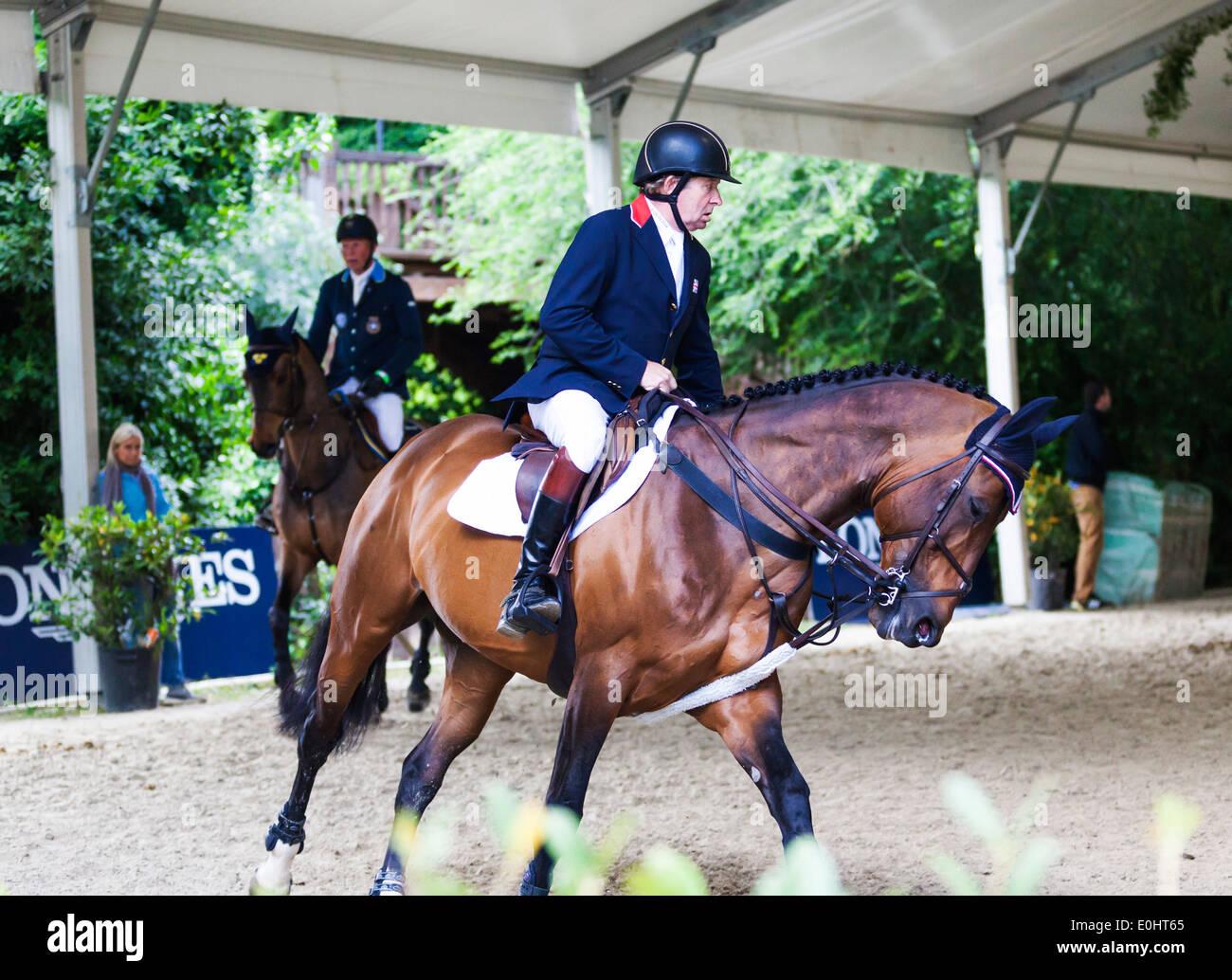 Ecuestre olímpico británico Nick Skelton ejercer su caballo Big Star en el ejercicio derramada en el evento hípico de Roma, 2013. Imagen De Stock