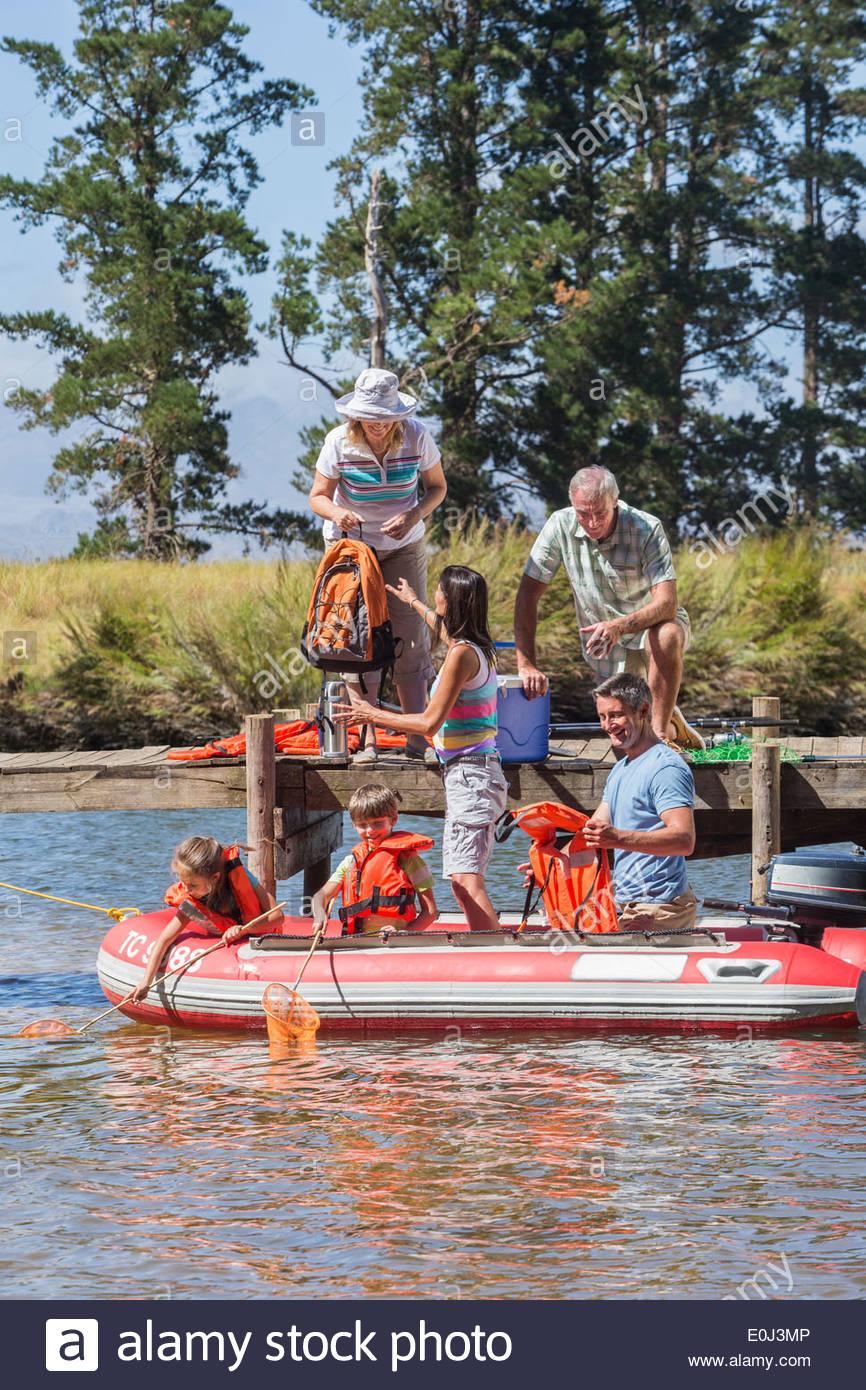 Familia Multi-Generation disfrutando de viaje en barco en el lago Imagen De Stock