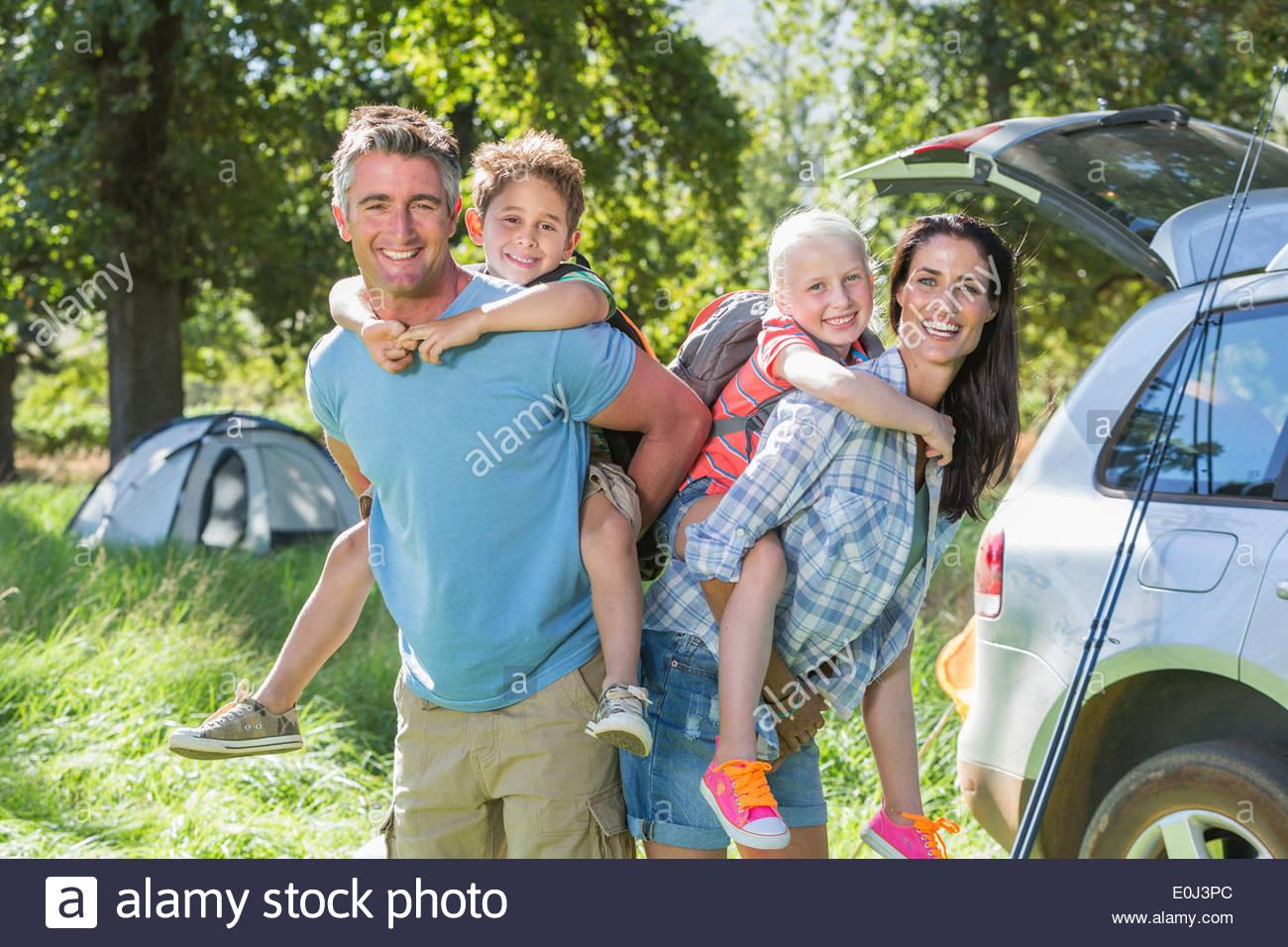 Familia Flying Kite Camping vacaciones en campo Imagen De Stock