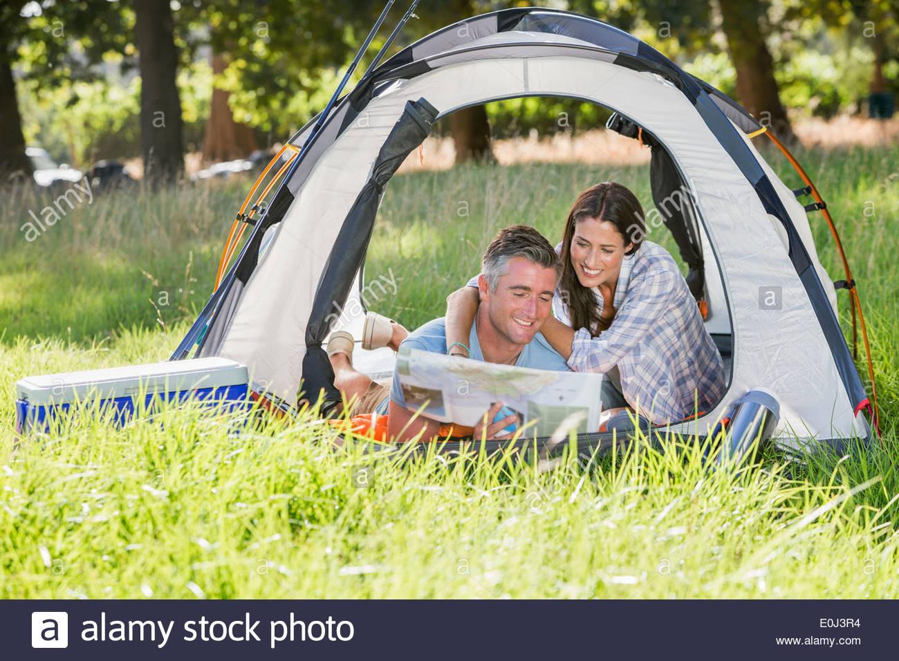 Par disfrutar de camping vacaciones en campo Imagen De Stock