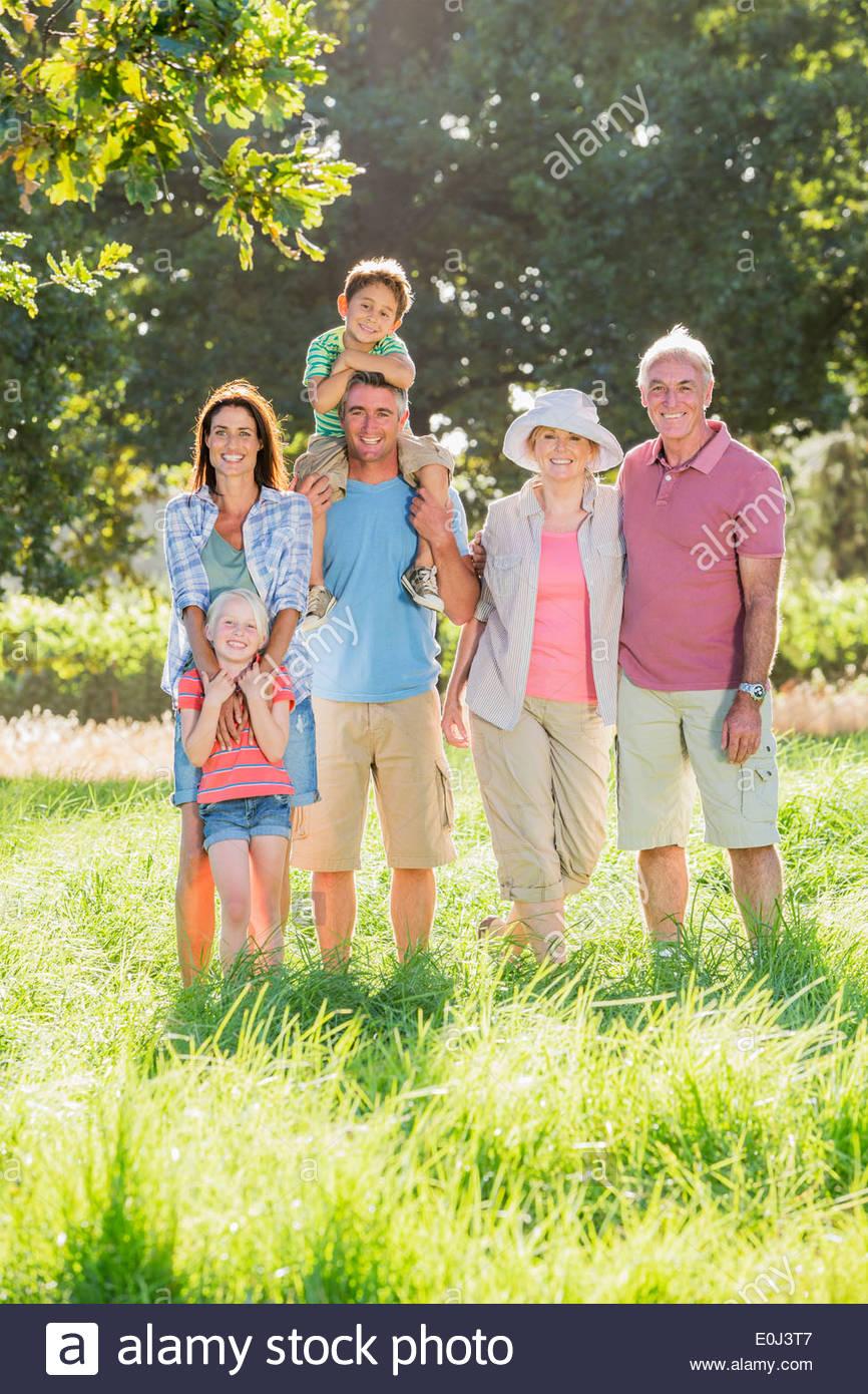 Familia Multi-Generation disfruta caminar en medio de un hermoso paisaje Imagen De Stock