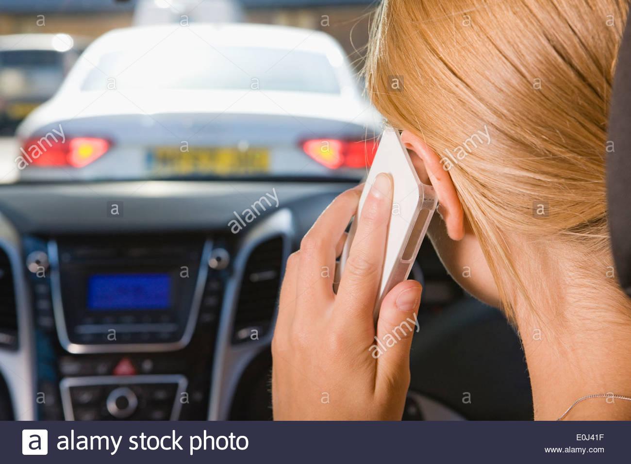 Conductora hablando por teléfono mientras se conduce Imagen De Stock