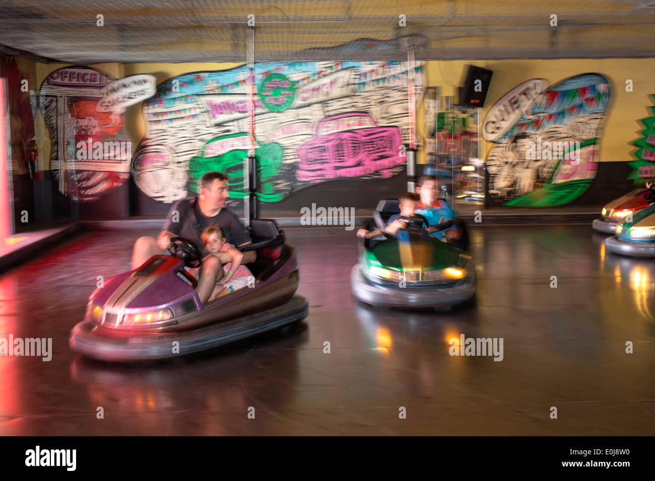 Sydney NSW Australia New South Wales Milsons Point Luna Park amusement autos chocadores diversión chico chica dirección Imagen De Stock