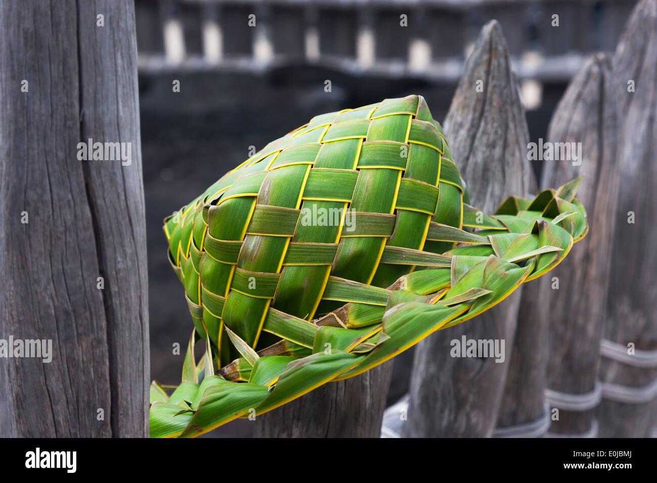 Sombrero verde con hojas de palmera artesanales colgando en el cerco de la  Isla Grande de 35a08c8c928