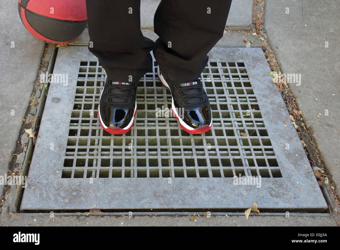 official photos 79098 fc2a5 Nike Air Jordan Retro 11 XI (negro y rojo). Imagen De Stock
