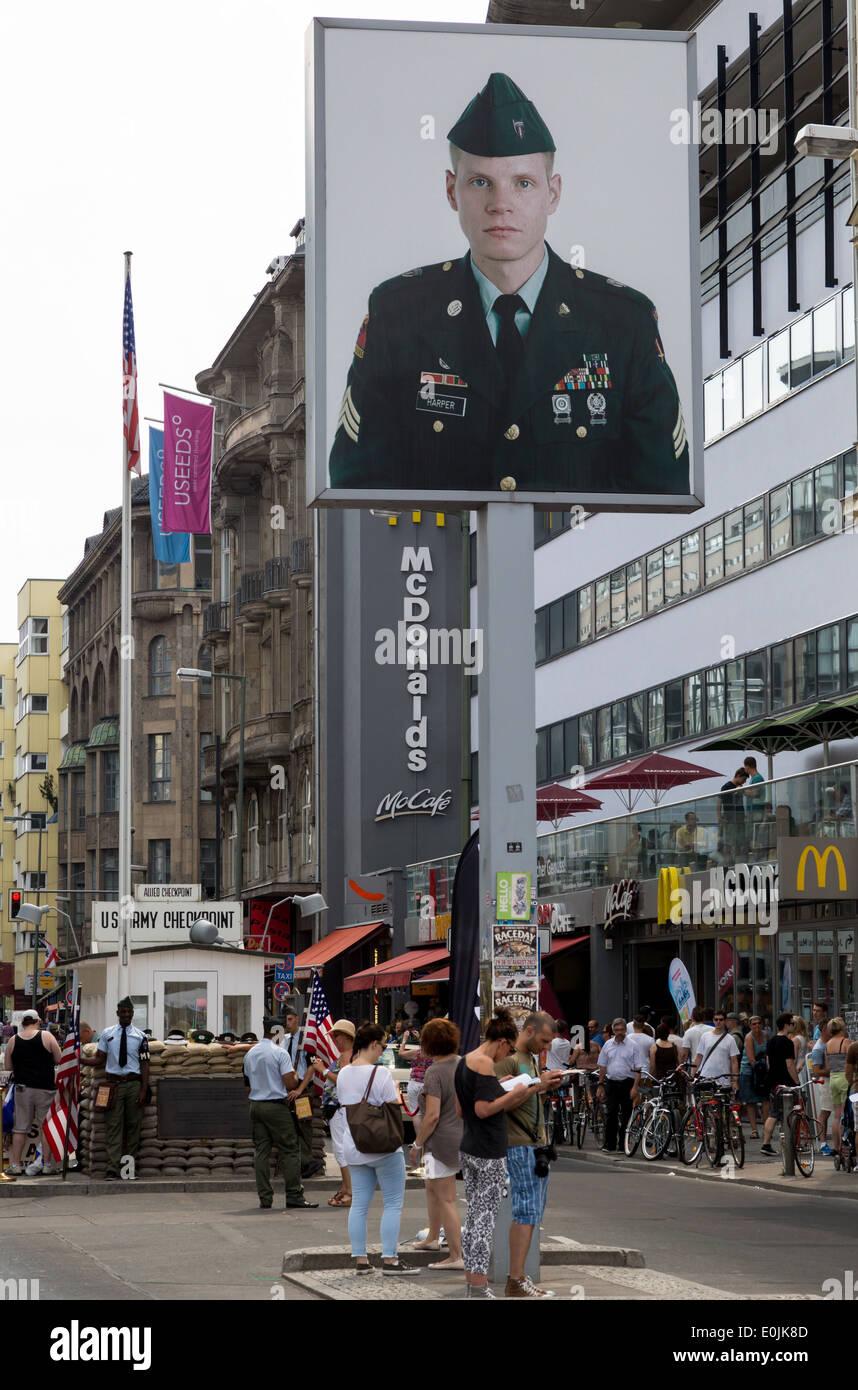 Imagen de un soldado estadounidense en el Checkpoint Charlie, en Berlín, Alemania, una guerra fría punto de cruce entre Berlín Oriental y Occidental. Imagen De Stock