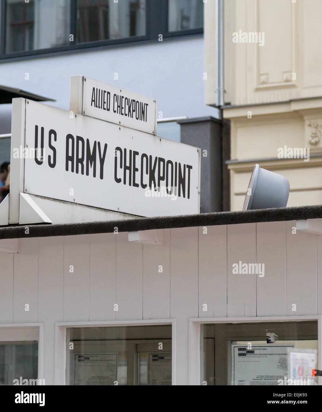 El Checkpoint Charlie, en Berlín, Alemania fue la guerra fría, punto de cruce entre Berlín Oriental y Occidental. Imagen De Stock