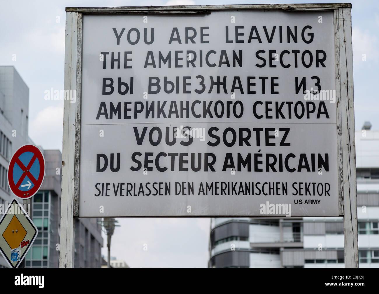 Una señal de advertencia en el Checkpoint Charlie, en Berlín, Alemania, una guerra fría punto de cruce entre Berlín Oriental y Occidental. Imagen De Stock