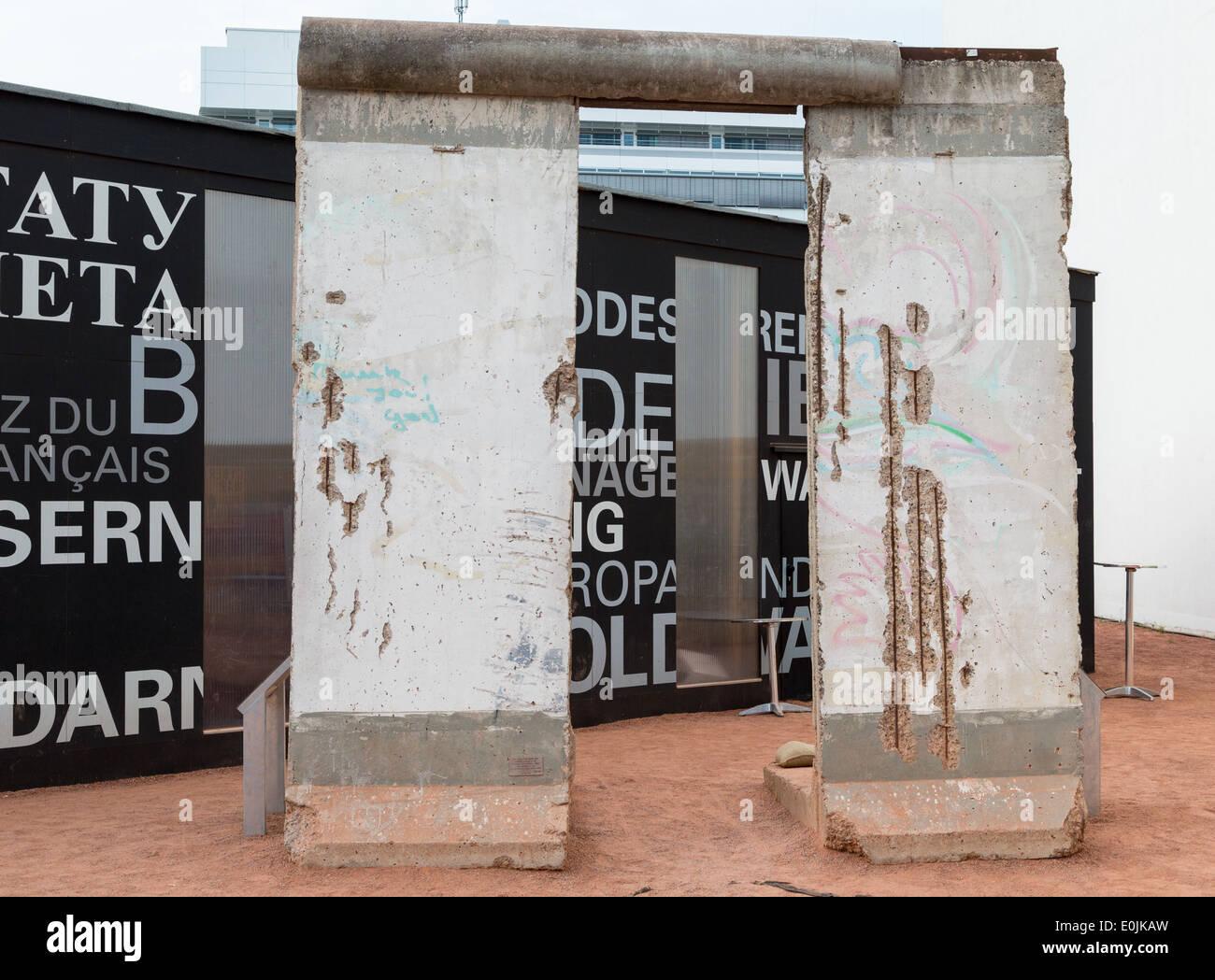 Una sección del muro de Berlín, en el display, separados Berlín Oriental y Occidental, Alemania durante la Guerra Fría. Imagen De Stock