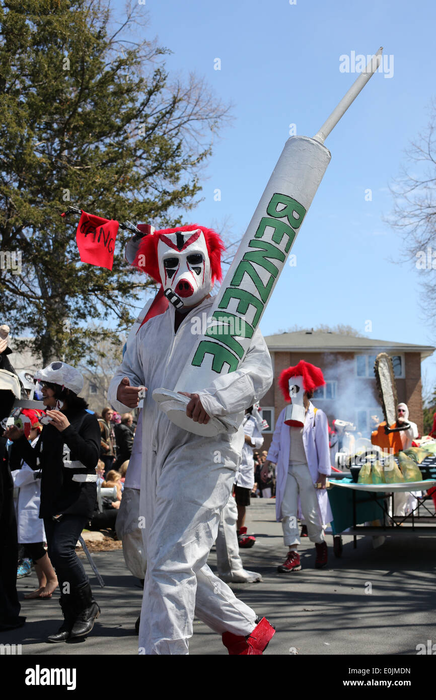Un manifestante marcharon contra el benceno y otros productos químicos contaminantes para el medio ambiente. Imagen De Stock