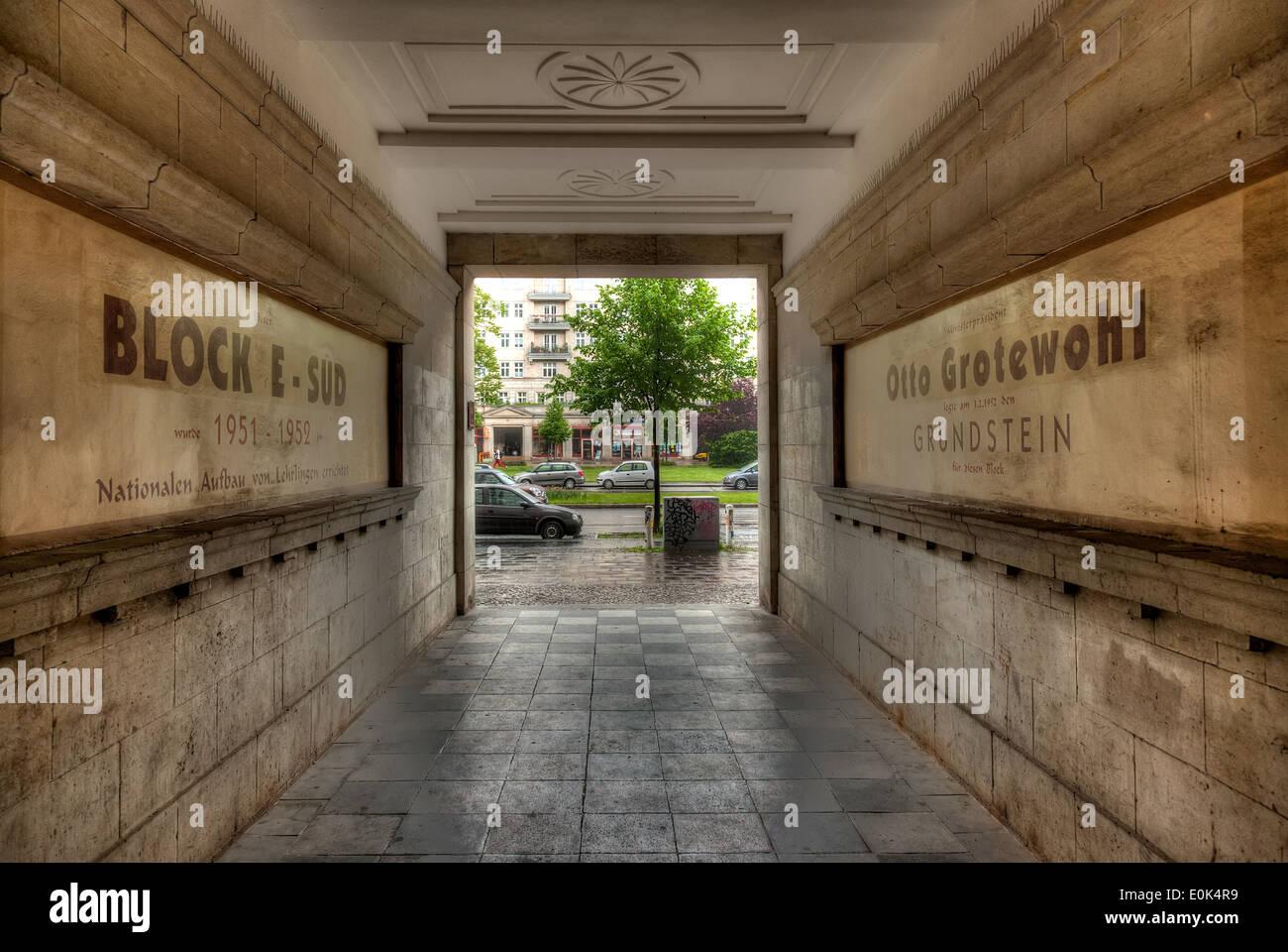 Mirando a través de los edificios de la época comunista durante la lluvia pesada en Karl-Marx-Allee en Berlín Oriental. Imagen De Stock