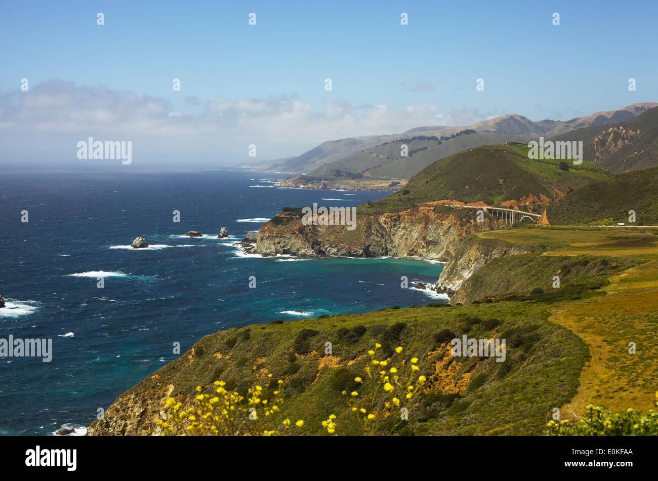 Una vista de la costa a lo largo de la autopista 1 en Big Sur, California. Imagen De Stock