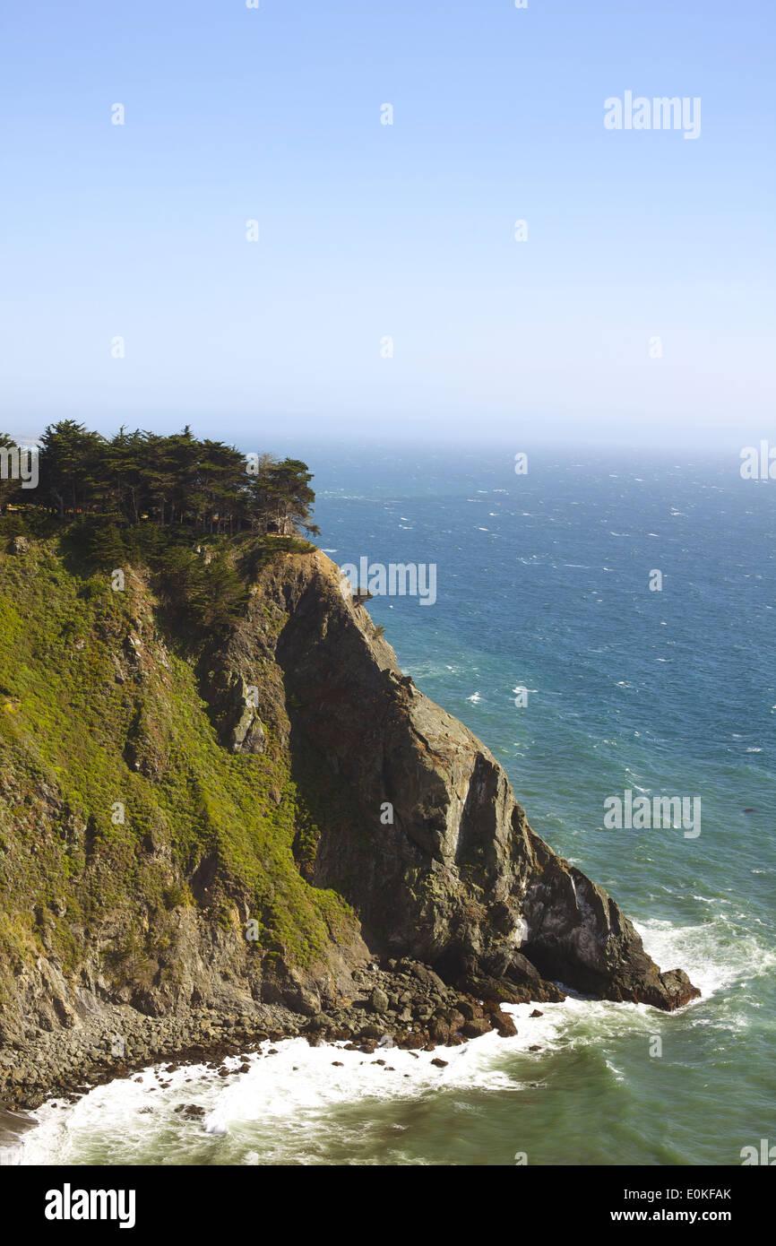 Una vista de los acantilados de la costa a lo largo de la autopista 1 en Big Sur, California. Imagen De Stock
