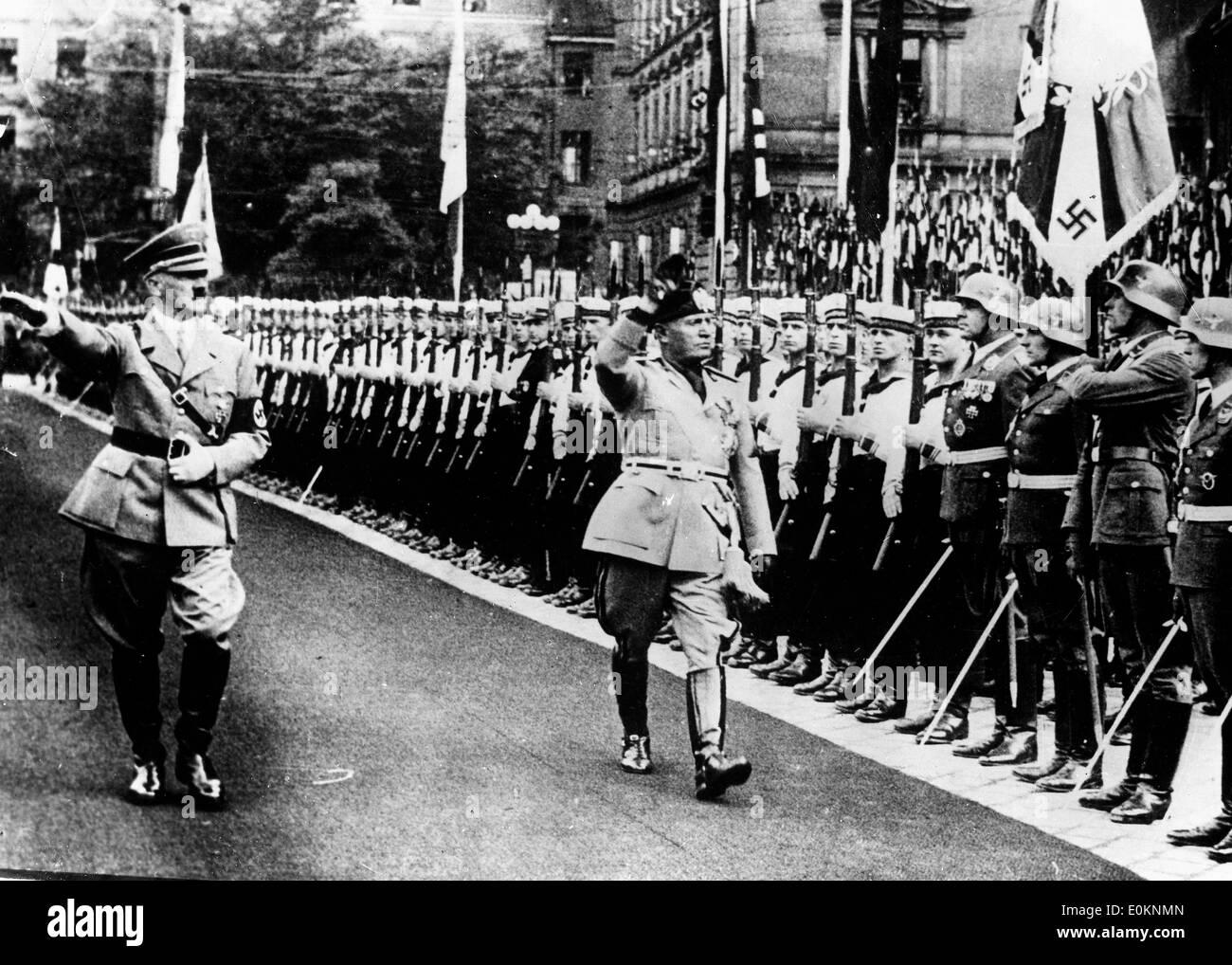 Adolf Hitler y Mussolini inspeccionando los guardias militares y navales Foto de stock