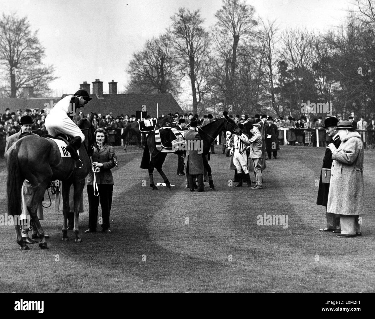 Sir Winston Churchill en las carreras de caballos Foto de stock