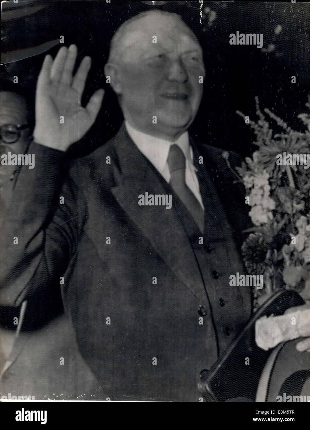 Septiembre 07, 1953 - una resonante victoria para canciller de Alemania Occidental en las elecciones; 77 años el canciller Konrad Adenauer, ha informado hoy de que su Partido Demócrata Cristiano obtuvo una resonante victoria en las últimas elecciones en Alemania. Los resultados extraoficiales muestran que más de 12.000.000 de Alemania Occidental, han dado su respaldo del Gobierno por su política de colaboración permanente con el oeste, los comunistas han fallado de manera ignominiosa. Incluso en la cuenca del Ruhr Solignen cubiertos de la ciudad, una vez que un foco del comunismo, no podían conseguir un asiento. El comunista recibió sólo el dos por ciento del total de los votos Imagen De Stock