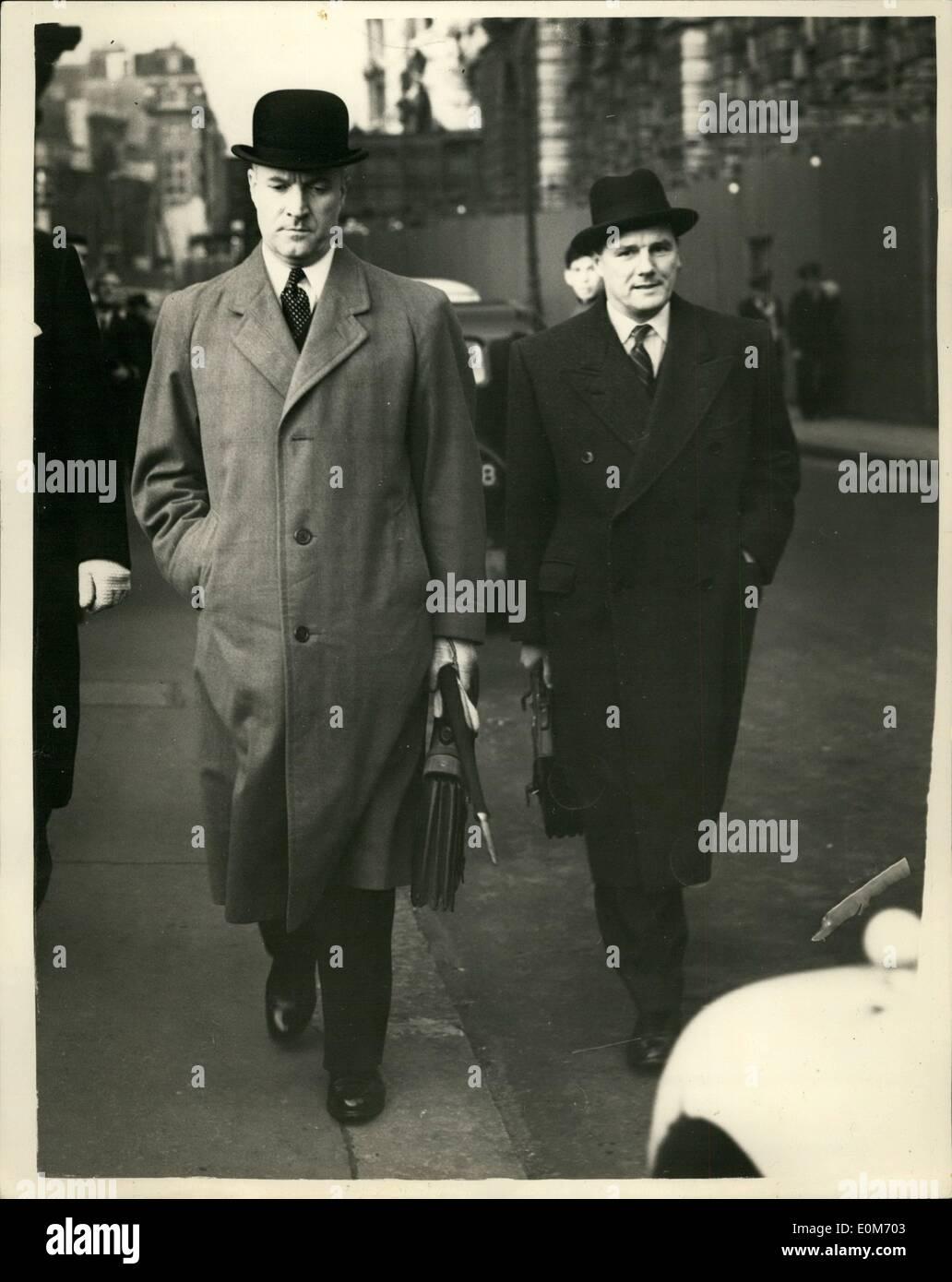 11 Nov, 1953 - Blanco-camino encontrado culpable del asesinato de camino de sirga. Alfred Charles white-way fue condenado a muerte ayer por uno de los crímenes más brutales de la historia de la Old Bailey - ruido sordo Eddington camino de sirga asesinato de Barbara songhurst, de 16 años de edad. El jurado tardó diez hombres y dos mujeres - sólo tres cuartos de hora para encontrar blanco-forma culpables. phto muestra Supt.Herbert Hannam (izquierda), trabajaban 17 horas por día en el caso de camino de sirga, y analizaron 1.650 escritos y llevados a juicio. Hombre de Hus con él , a la derecha, es Serge Imagen De Stock