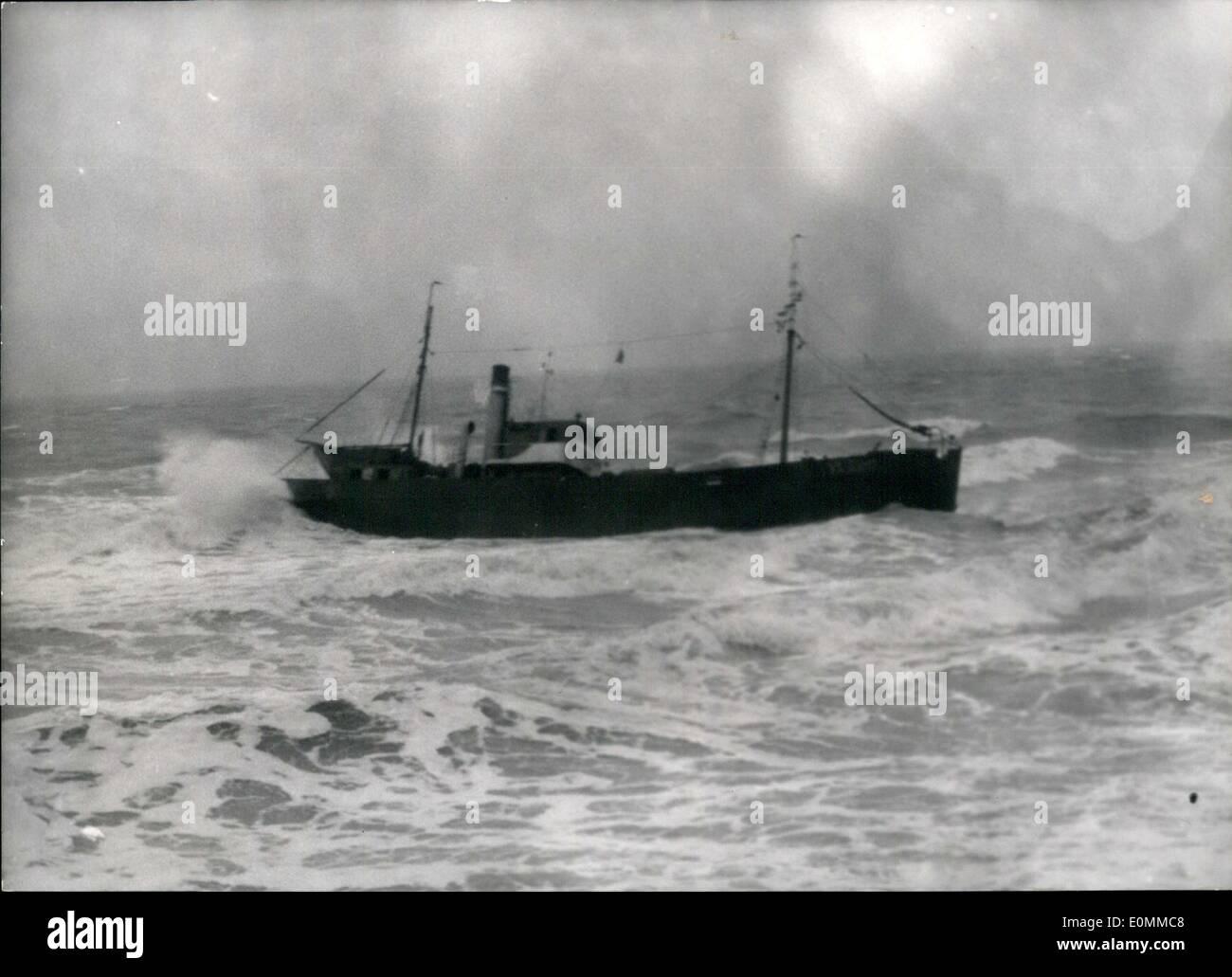 Diciembre 12, 1955 - Holandés arrastrero encallado cerca de Gris-Nez: El arrastrero holandés ''Nelly'' fue encallado en una espesa niebla en Audresselles, cerca del cap Gris Nez. El capitán del buque y tres hombres de la tripulación permaneció a bordo. El arrastrero conectado a tierra. Imagen De Stock