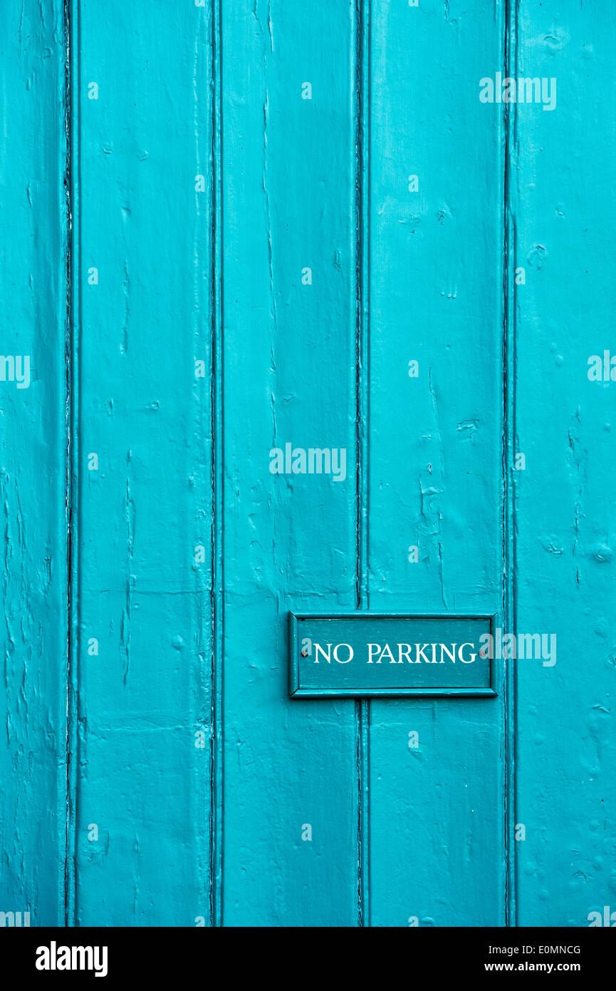 No hay señal de estacionamiento en paneles de madera pintada de color turquesa Imagen De Stock