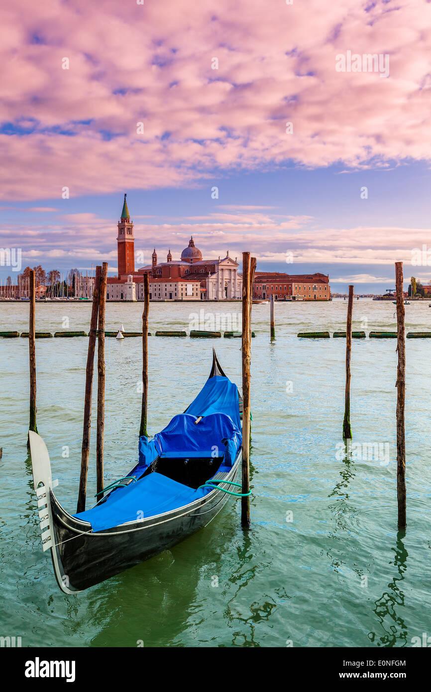 Góndola solitaria atada sobre el Gran Canal y la iglesia de San Giorgio Maggiore en Venecia, Italia, el fondo (composición vertical). Imagen De Stock
