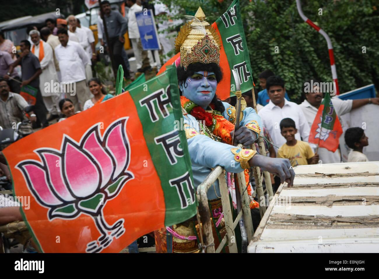 (140517) -- Visakhapatnam, 17 de mayo de 2014 (Xinhua) -- un simpatizante de la India la principal oposición Bharatiya Janata Party (BJP) asiste a un desfile de Andra Pradesh en Visakhapatnam, India, 17 de mayo de 2014. El BJP Viernes creado historia al ganar las elecciones generales por un alud, el más resonante victoria por cualquiera de las partes en los últimos 30 años, diezmando la dinastía Nehru-Gandhi led del gobernante Partido del Congreso. (Xinhua/Zheng Huansong) Imagen De Stock