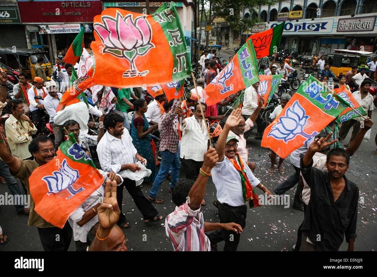 (140517) -- Visakhapatnam, 17 de mayo de 2014 (Xinhua) -- Los partidarios de la India la principal oposición del Partido Bharatiya Janata (BJP) celebran durante un desfile de Andra Pradesh en Visakhapatnam, India, 17 de mayo de 2014. El BJP Viernes creado historia al ganar las elecciones generales por un alud, el más resonante victoria por cualquiera de las partes en los últimos 30 años, diezmando la dinastía Nehru-Gandhi led del gobernante Partido del Congreso. (Xinhua/Zheng Huansong) Imagen De Stock