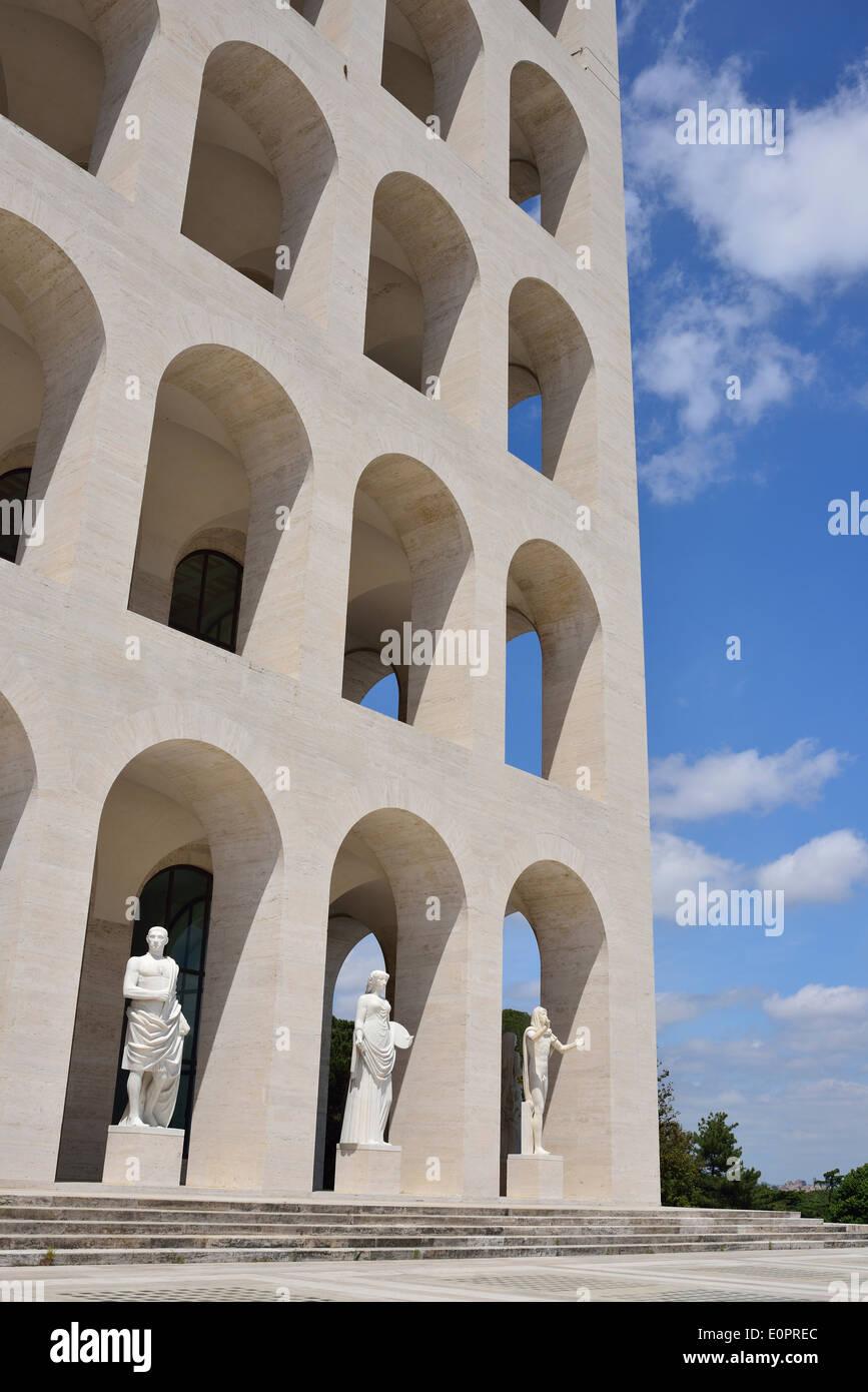 Roma. Italia. EUR. Palazzo della Civiltà Italiana aka Palazzo della Civiltà del Lavoro. Imagen De Stock
