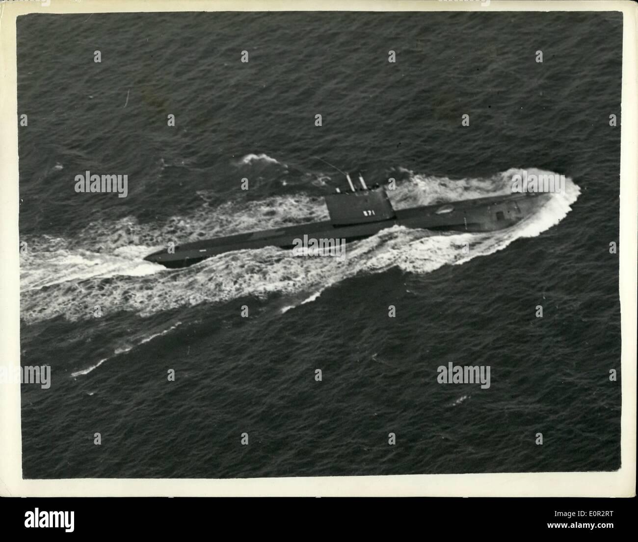 Octubre 10, 1957 - El Submarino Atom Velas - Después de 14 días bajo el océano.: mundos-record de buceo submarino de 14 días 3-1/2 horas fue reclamada por la Marina de los Estados Unidos de atom powered submarino Nautilus por su comandante, de 36 años de edad Comandante William R. Anderson, cuando él trajo el submarino en Pórtland, Dorset ayer. El Nautilus fue su primera visita oficial a un país extranjero. Durante su largo período bajo el agua. Nautilus viajó 5.000 millas a más de 15 nudos sin una vez desbastado o ''snorkeling''. La foto muestra los EE.UU. Imagen De Stock