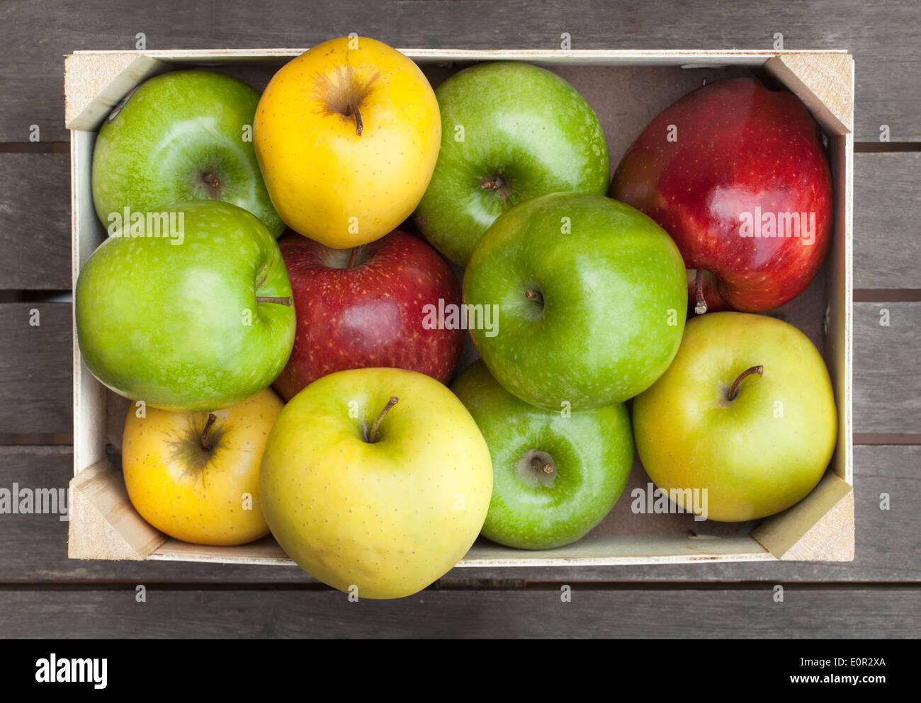 Caja de madera de manzanas frescas Foto de stock