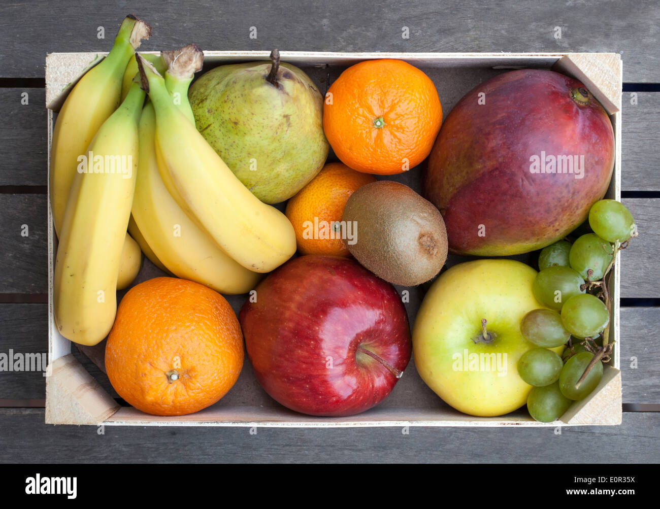 Caja de madera de fruta fresca variada, Foto de stock